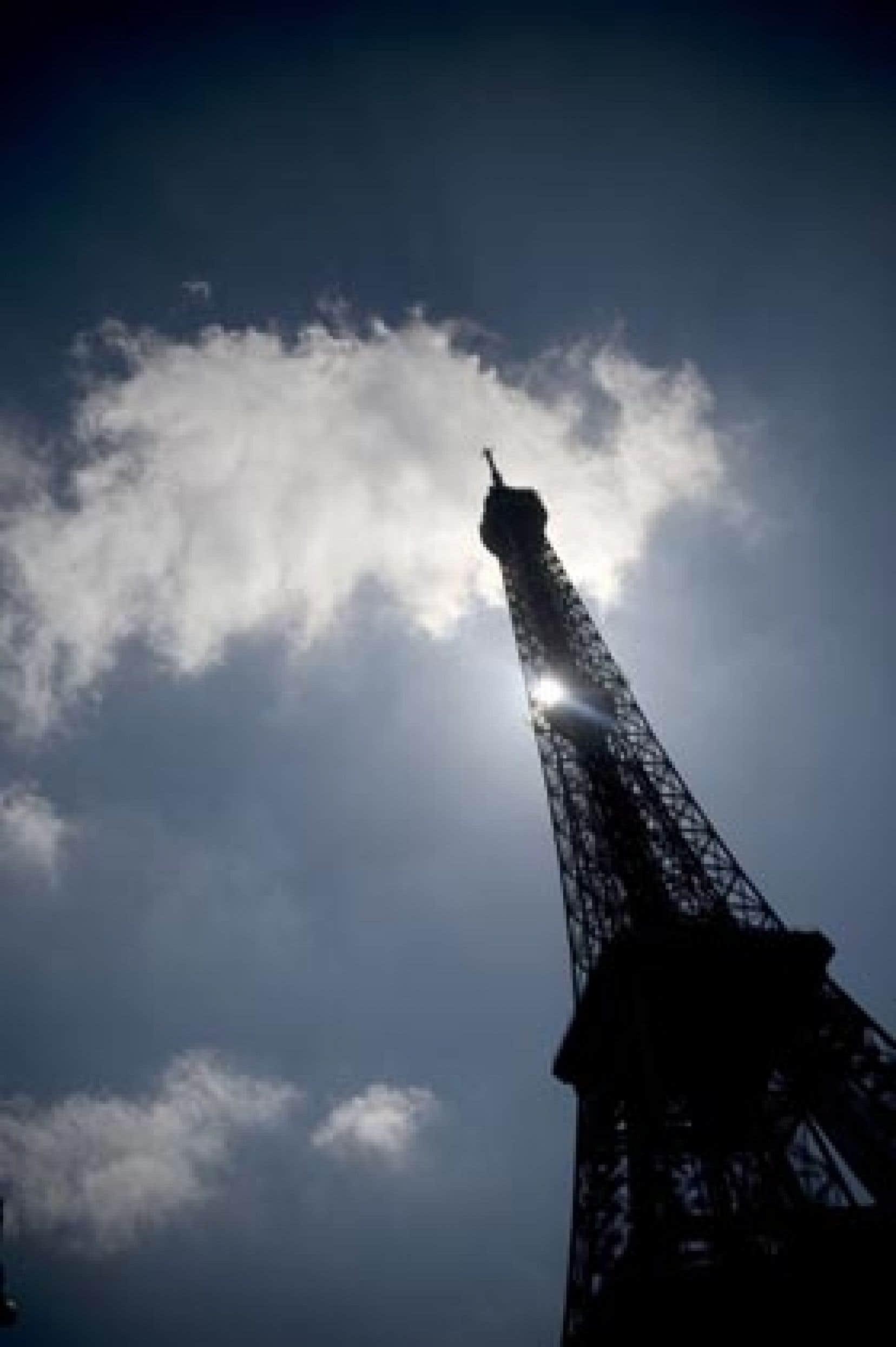Depuis sa construction, la Tour Eiffel a été le terrain de jeu de tous les aventuriers: parachutistes, skieurs et trapézistes.