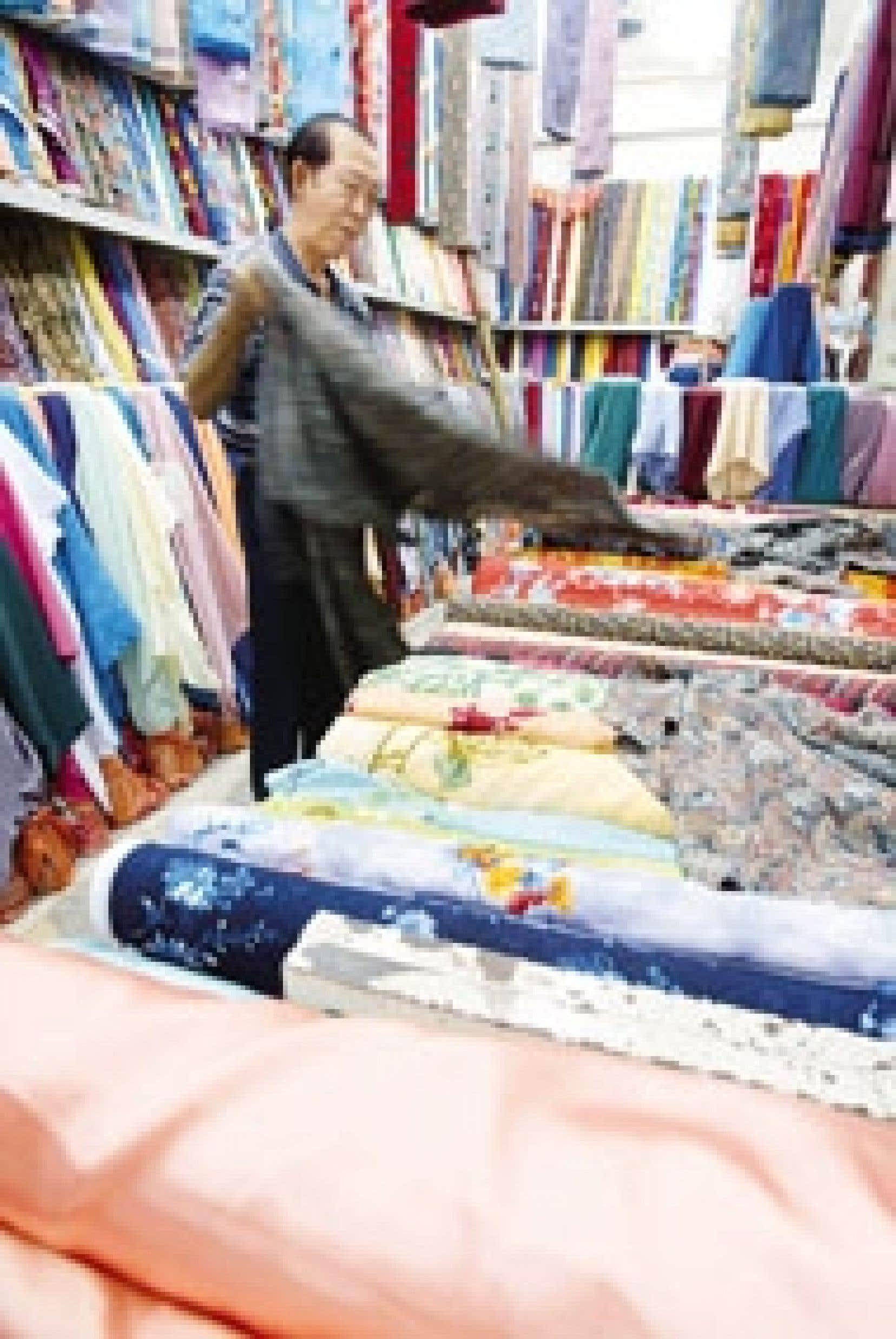 Un marchand de tissus asiatique. Les derniers quotas qui limitaient les importations chinoises peu coûteuses ont disparu au début de l'année.