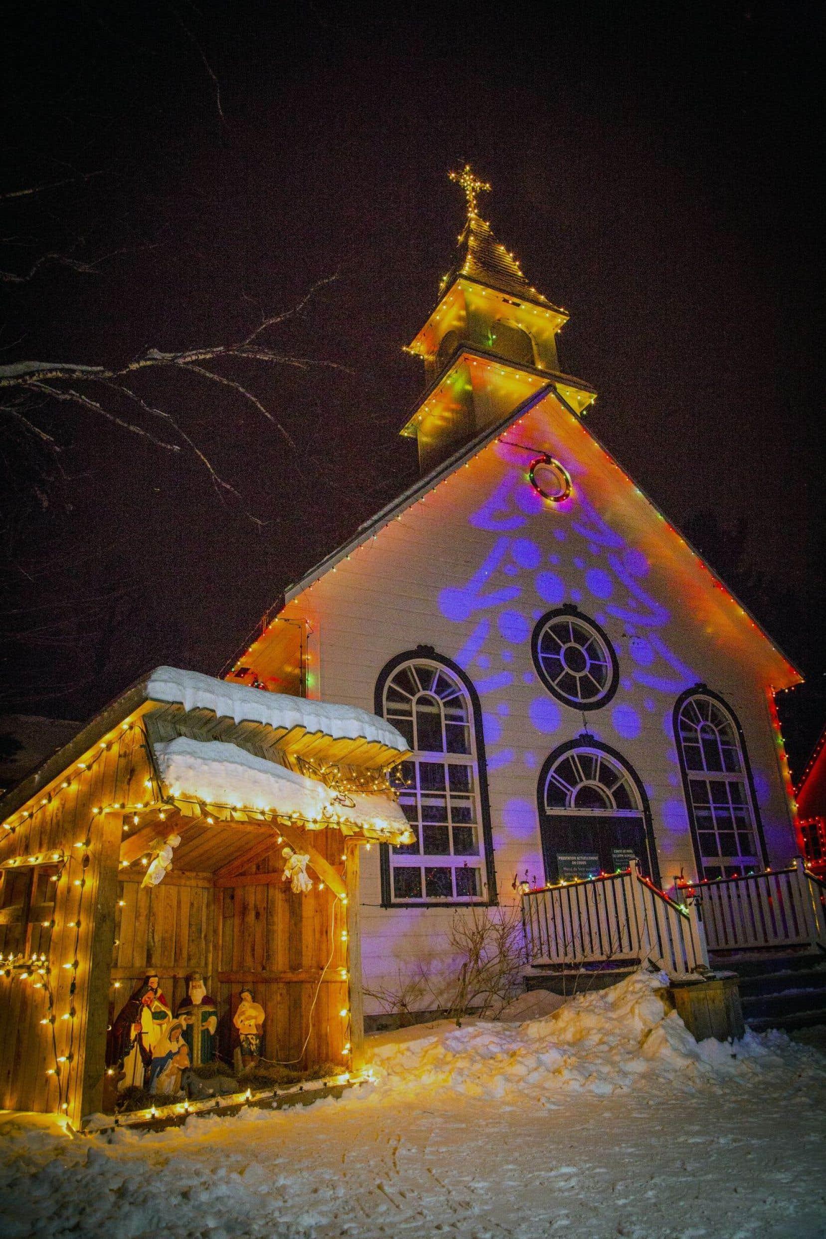 Plus de 25000 lumières illuminent les maisonnettes du Village québécois d'antan, à Drummondville.