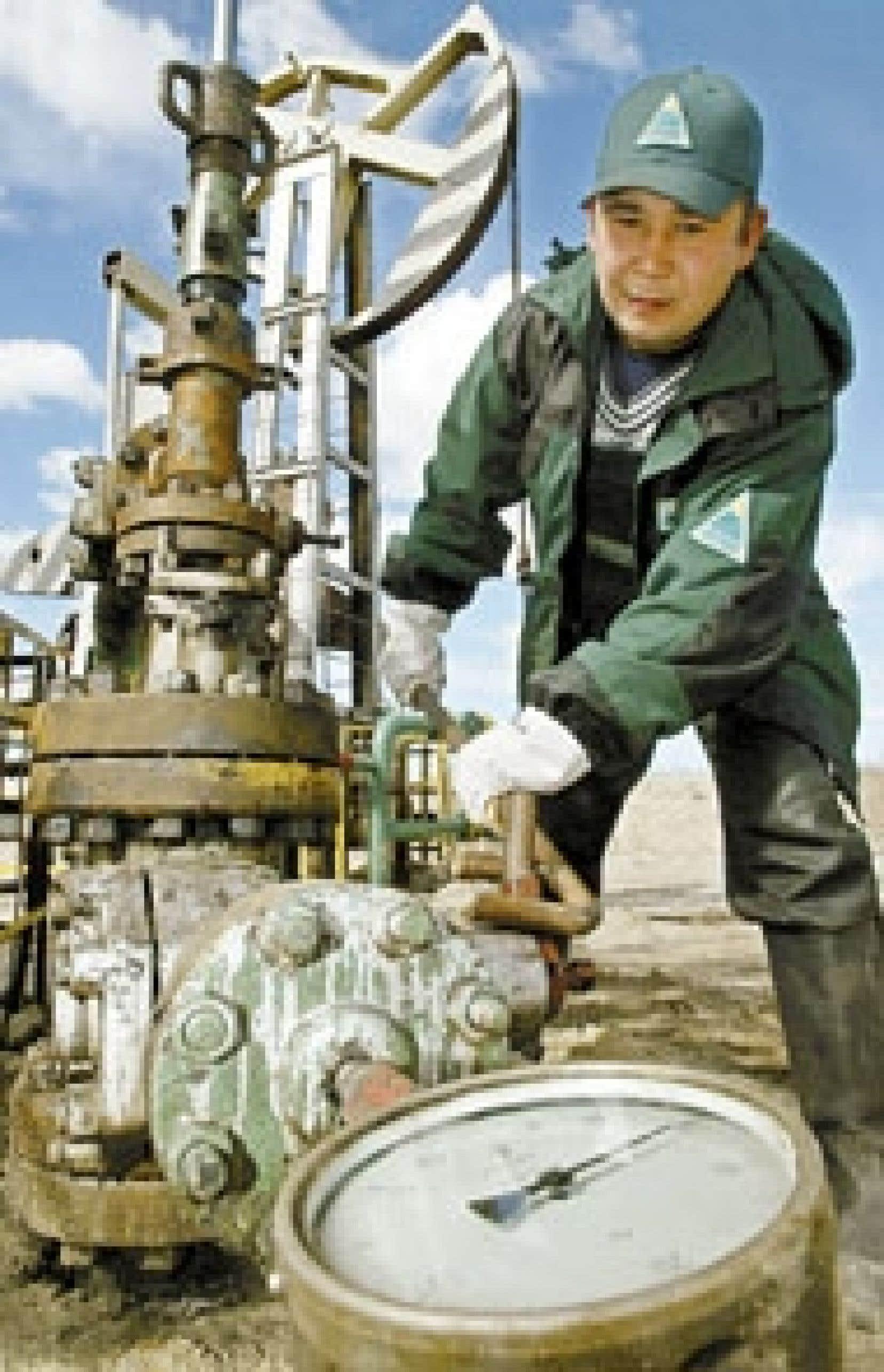 Un employé de Ioukos dans la région de Tyumensk, en Russie. Les autorités russes auraient ordonné hier à Ioukos de cesser de vendre du pétrole.