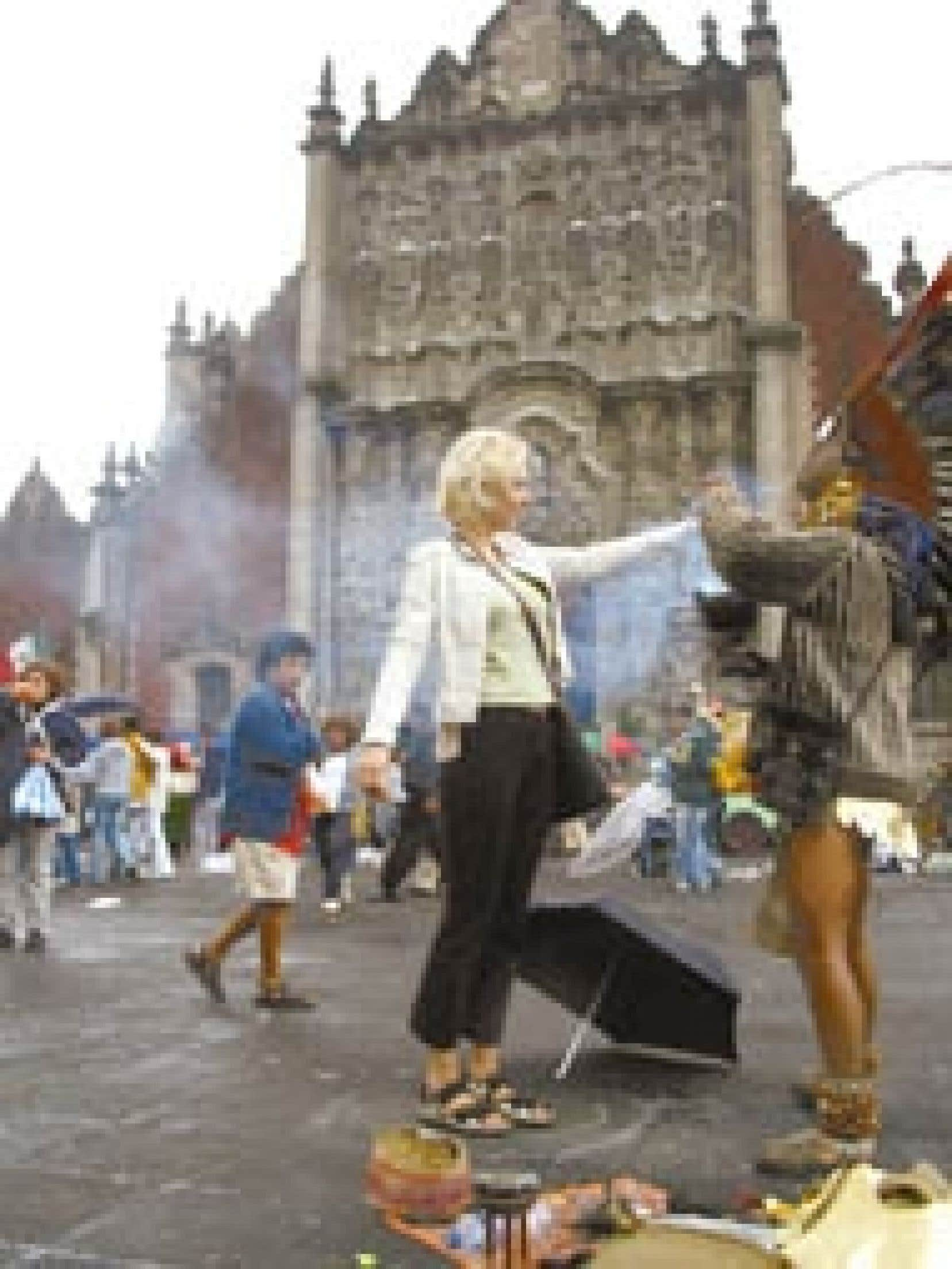 Une touriste se fait purifier par de la fumée au Centro Histórico.