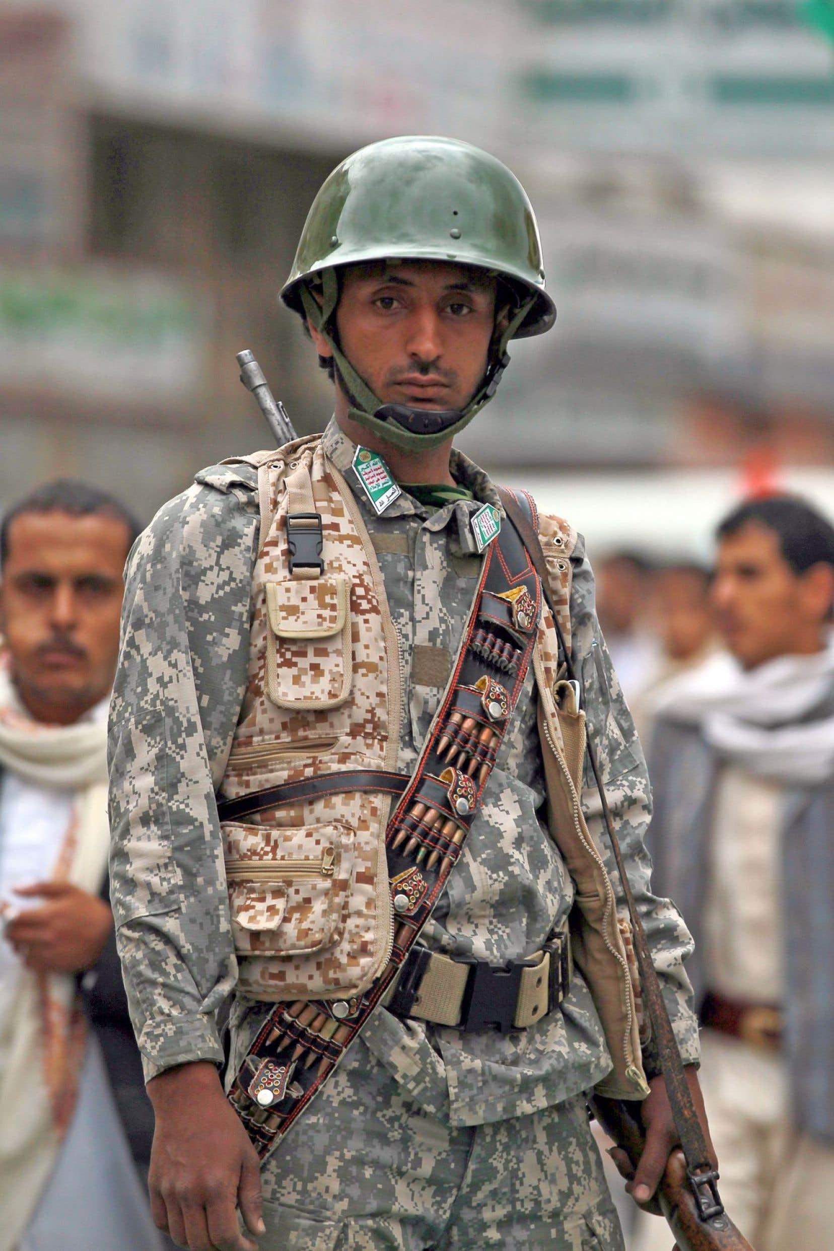 Un membre des Houthis jeudi lors d'un rassemblement à Sanaa