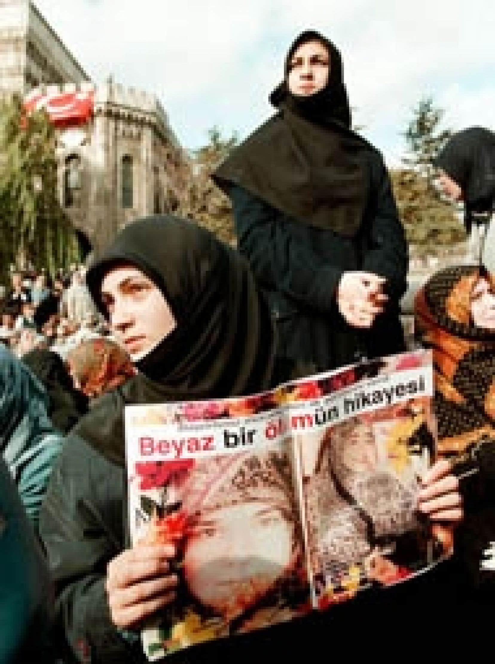 L'interdiction du voile a été strictement appliquée à l'université d'Istanbul dès la fin des années 1990, mais, sitôt à l'extérieur de ses murs, les femmes qui l'ont adopté le renouent sur leurs cheveux pour prendre le chemin du reto