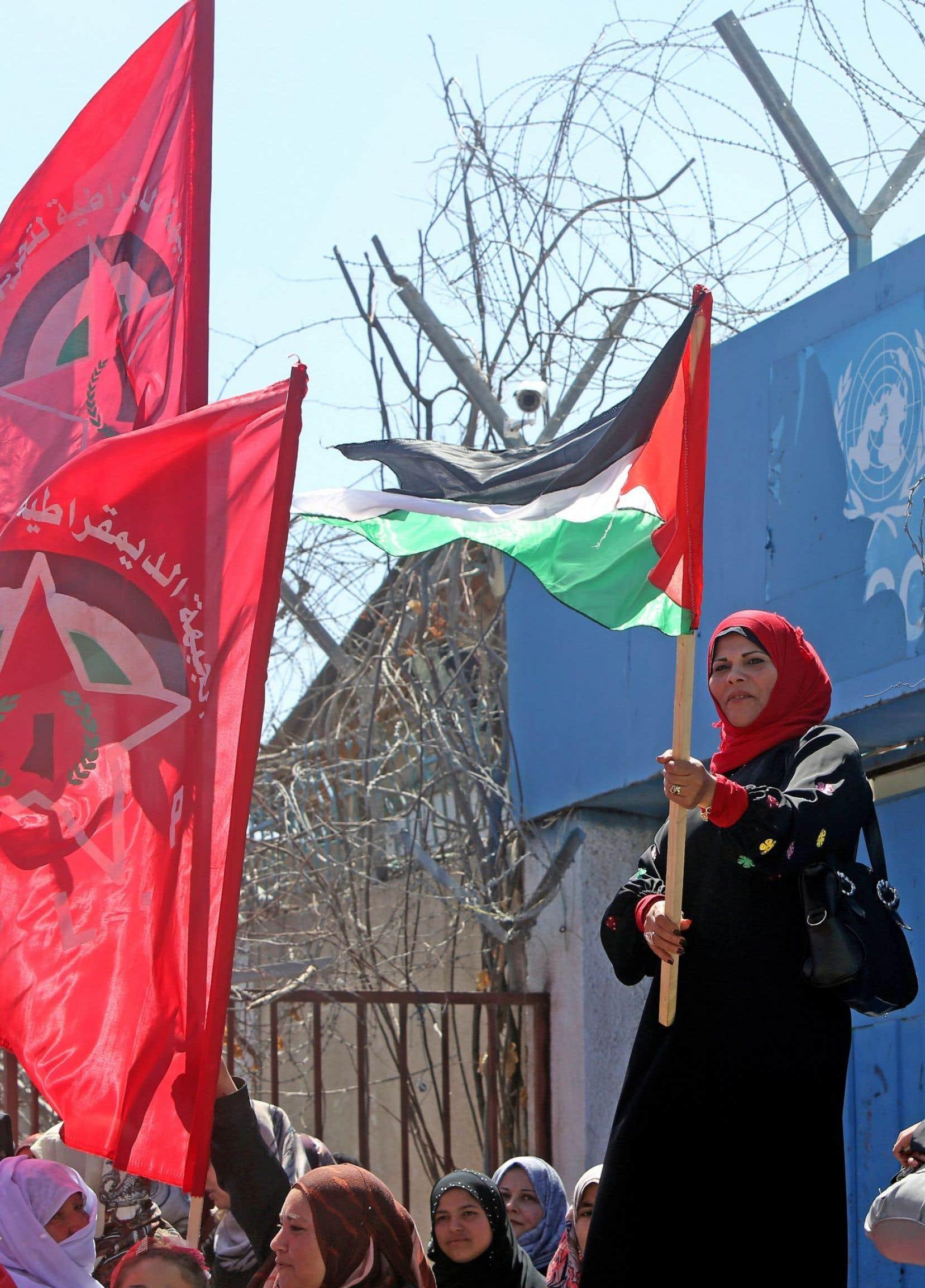 À Gaza, des Palestiniens ont démontré leur soutien aux réfugiés du camp Yarmouk, à Damas, qui a été pris d'assaut la semaine dernière par les djihadistes du groupe État islamique.