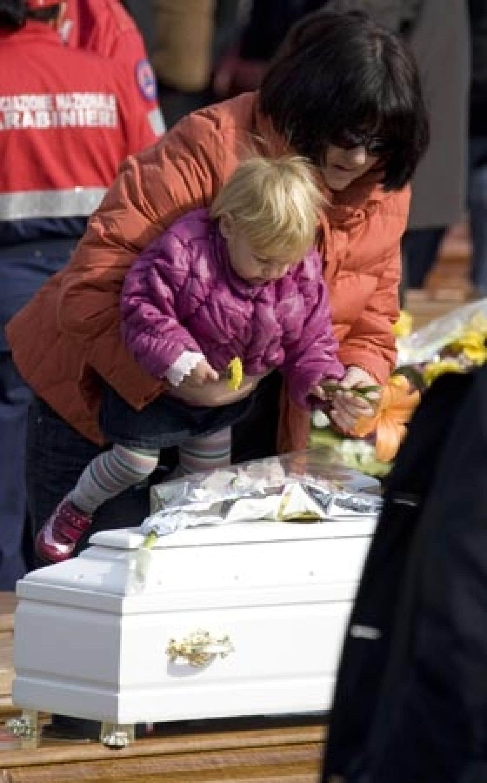 Un petit cercueil blanc d'enfant posé sur celui de sa mère: l'image restera l'émouvant symbole de ces obsèques.