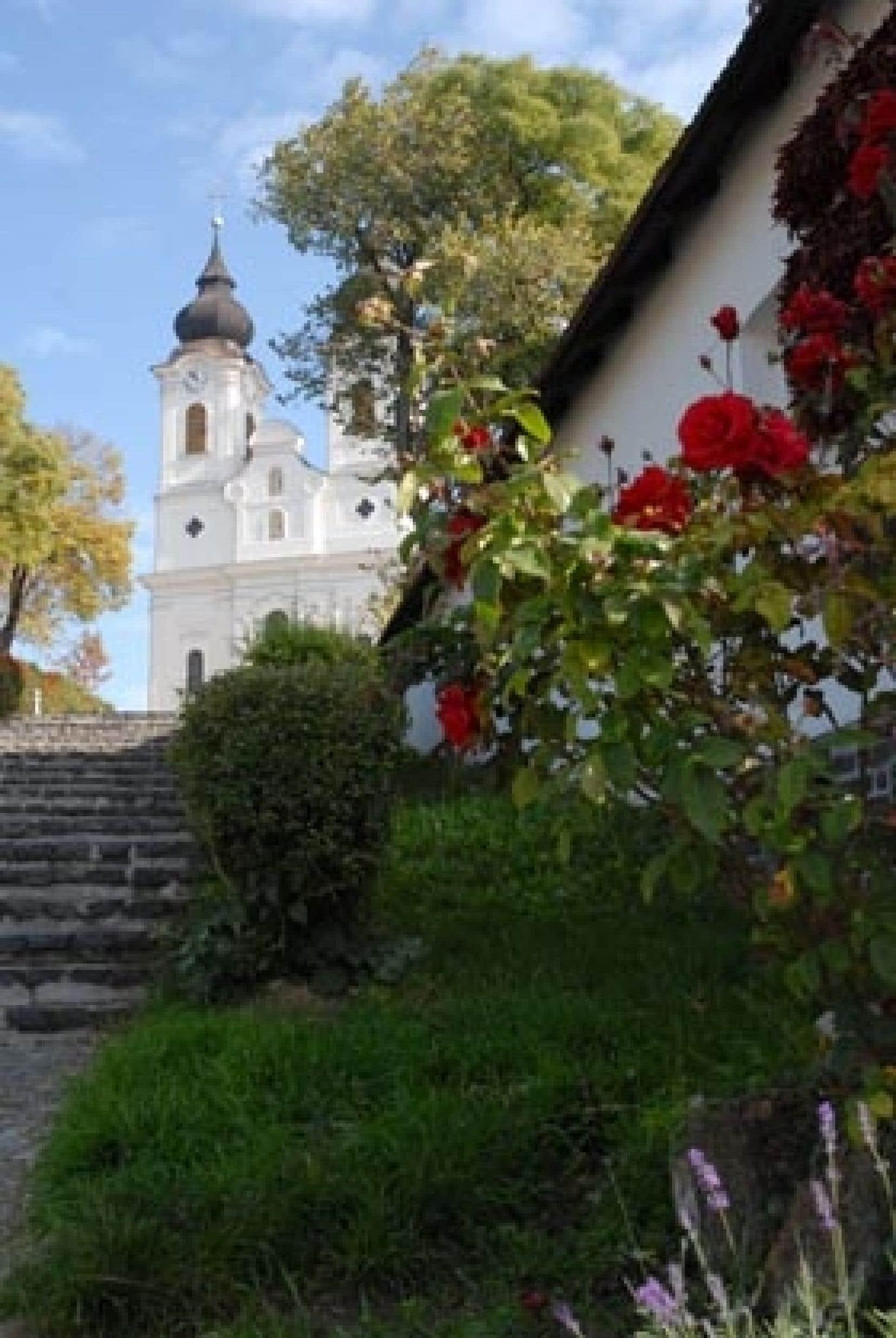 L'église abbatiale de Tihany, qui domine le lac Balaton, est construite sur une crypte qui date de 1055. Photo du haut: en Hongrie, les traditions perdurent, notamment à travers la richesse de l'artisanat.