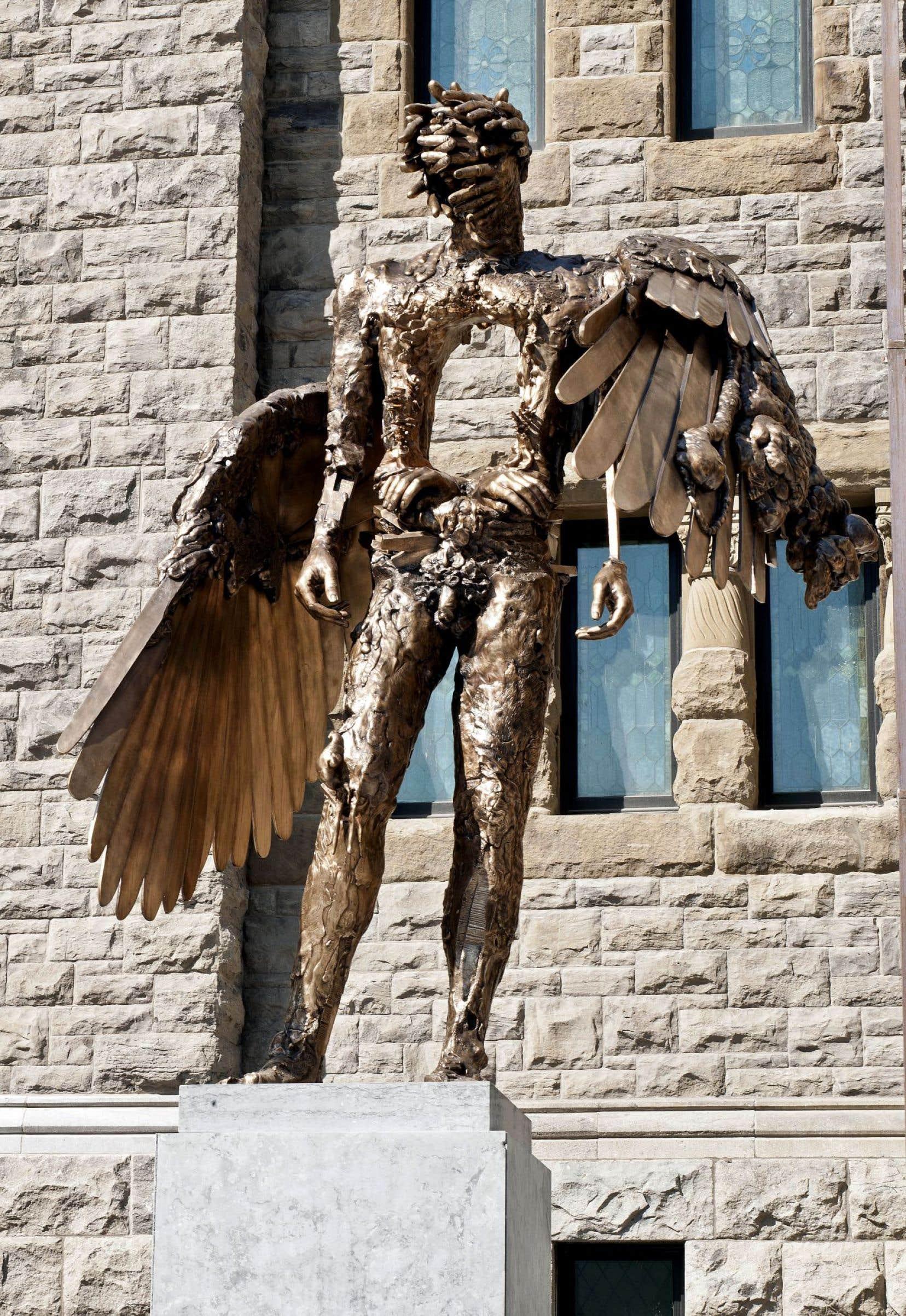 Postée en grande pompe devant le nouveau pavillon Bourgie du MBAM à l'automne 2011, L'œil semble y déployer ses ailes depuis bien plus longtemps encore.