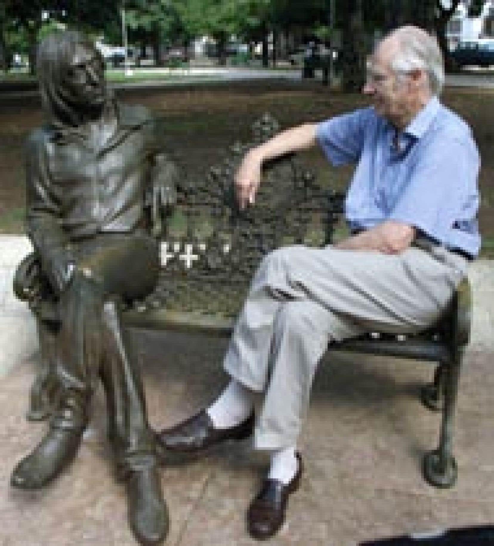 L'ancien producteur des Beatles, George Martin, a visité hier une sculpture de John Lennon dans un parc de La Havane.
