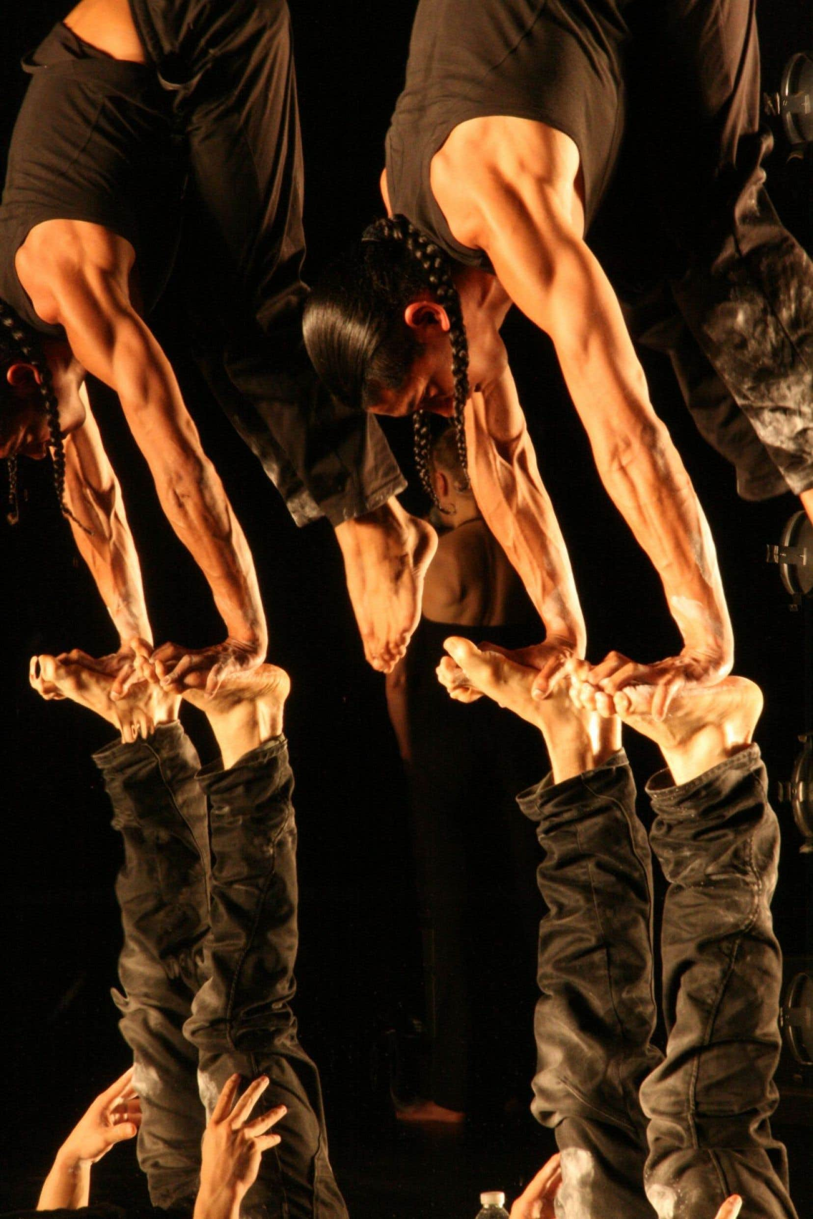 Dans «Warm», les deux acrobates se livrent à une épreuve de force.
