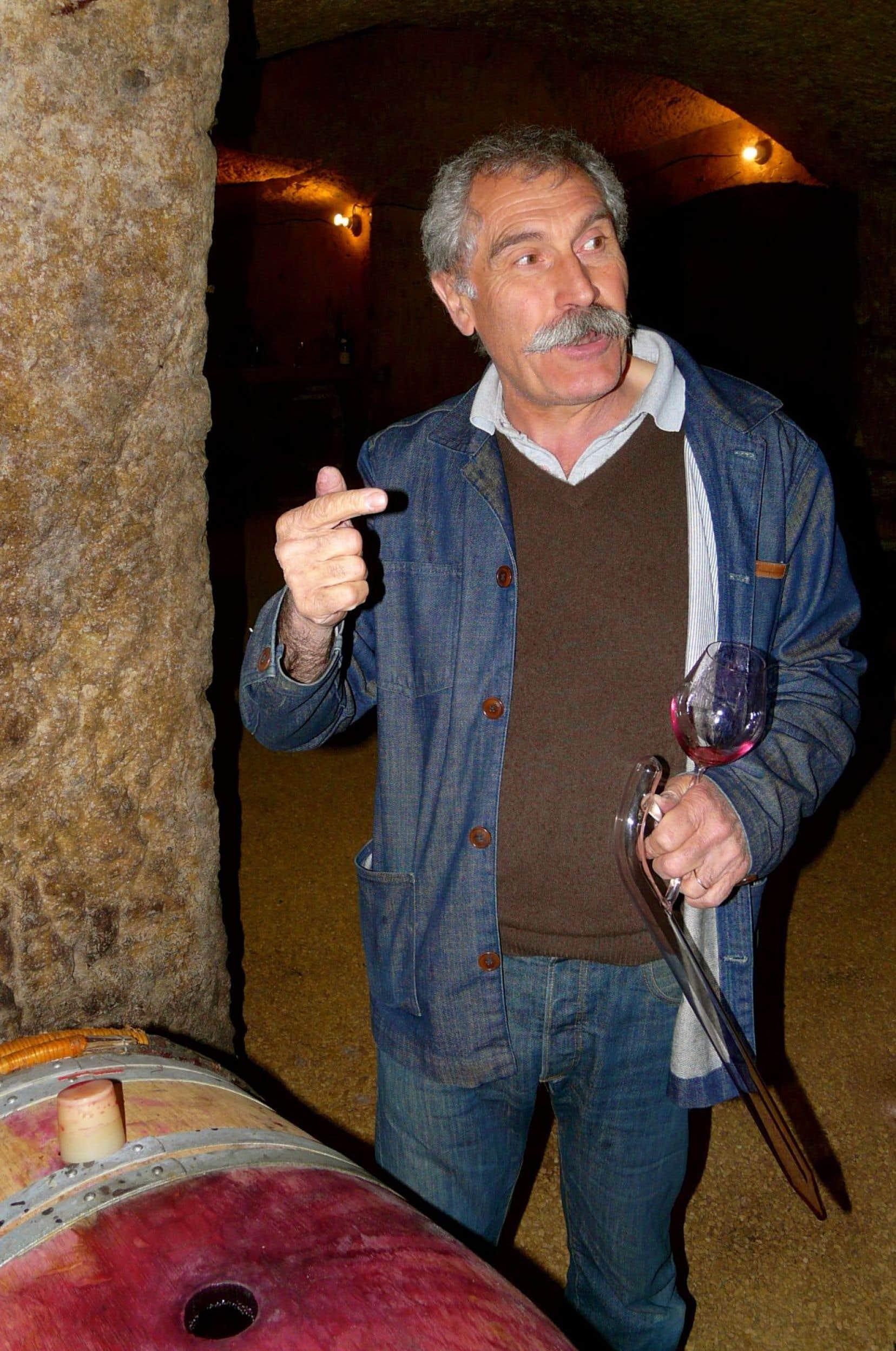 Bernard « Nady » Foucault au Clos Rougeard, en appellation Saumur-Champigny, « pipant » une barrique du brillant 2014