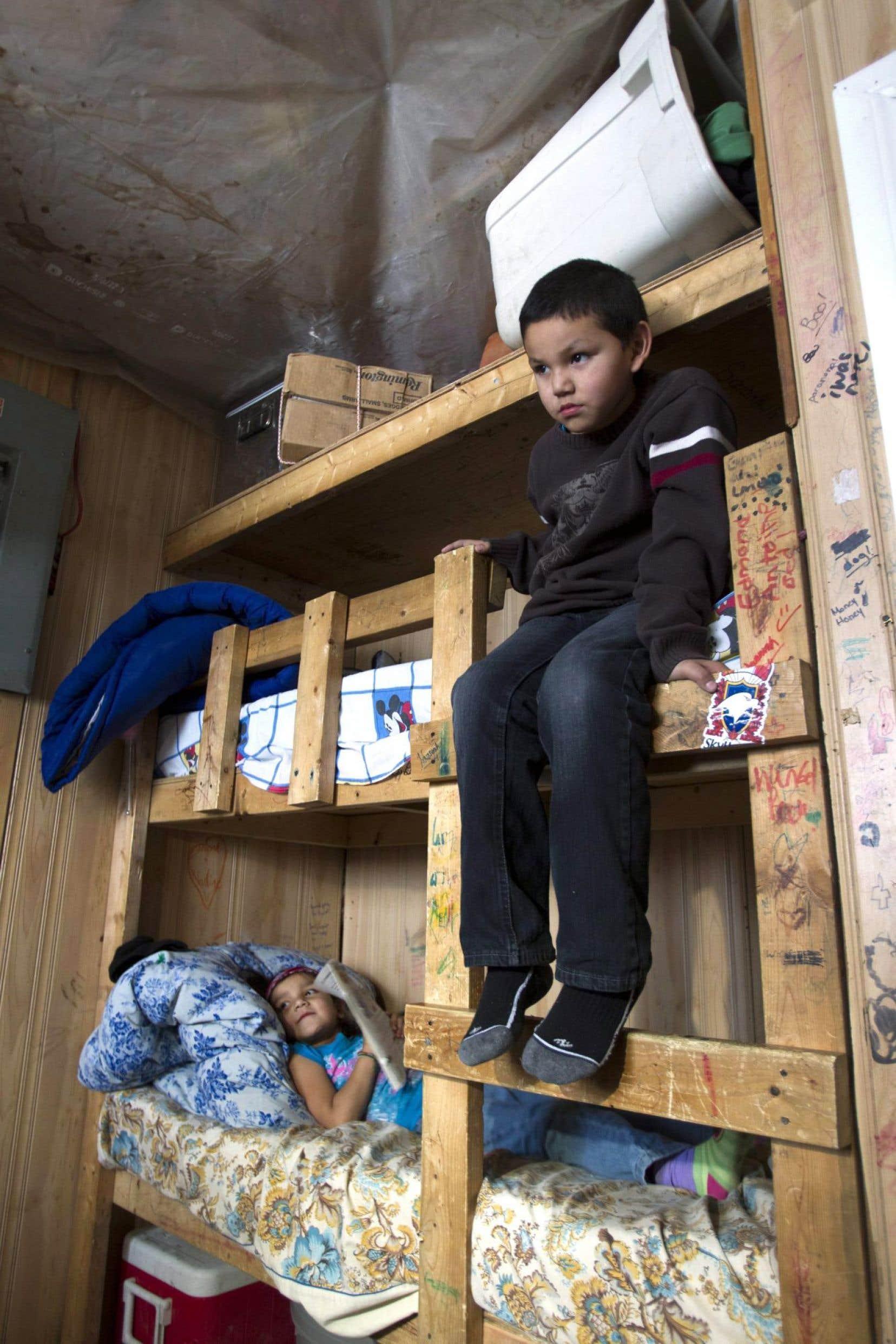 Les conditions de vie des autochtones canadiens contribuent aux taux élevé de prise en charge. Une vingtaine de personnes vivent dans cette maison de la communauté d'Attawapiskat, en Ontario.