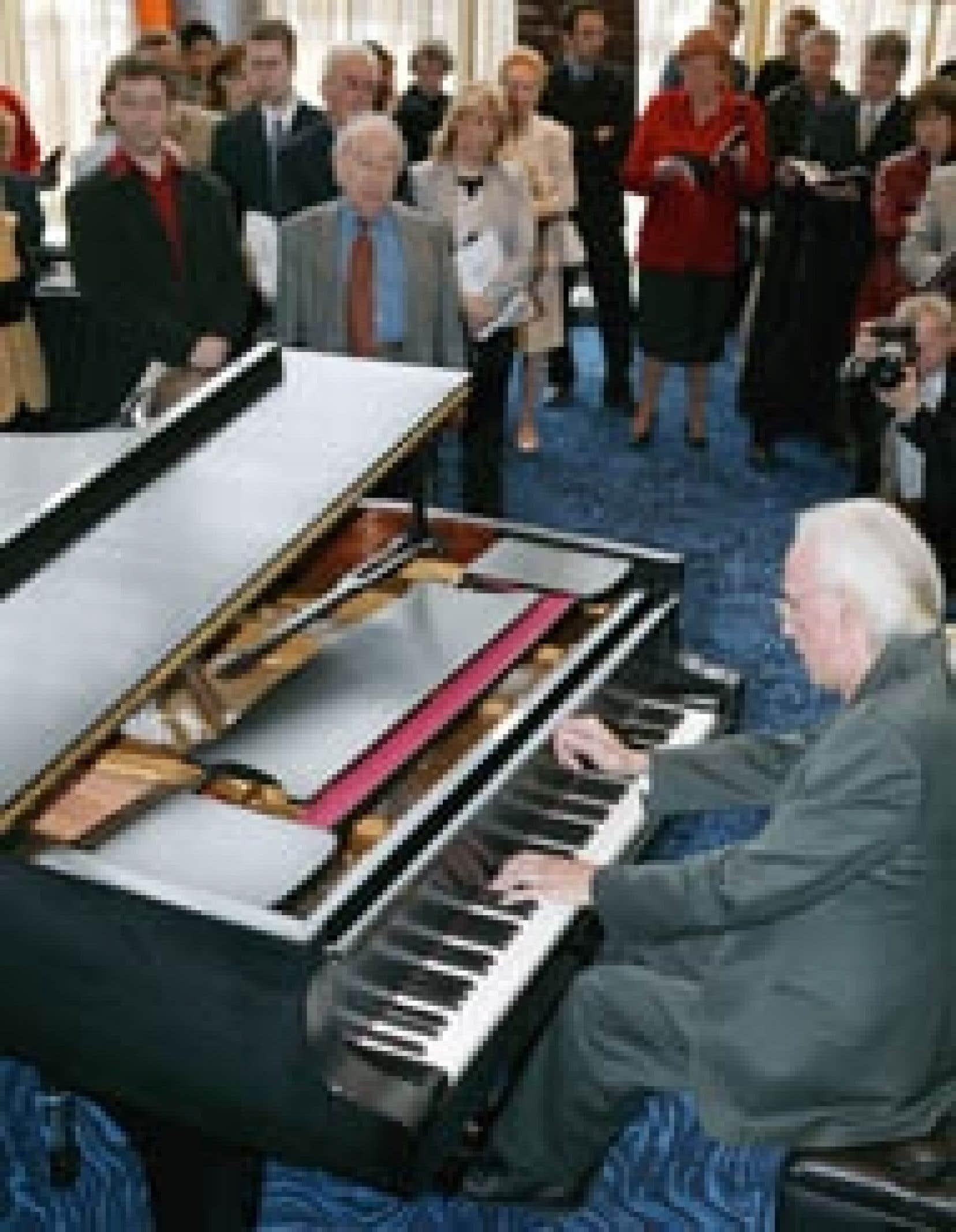 André Laplante a pris place au piano au plus grand plaisir des gens présents lors de la conférence de presse de l'OSM hier.