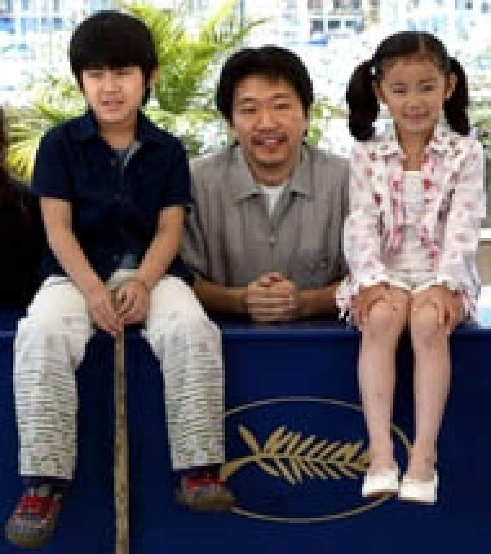 Le réalisateur japonais Kore-eda Hirokazu est venu présenter  Nobody Knows à Cannes en compagnie des deux jeunes héros de son film, Kimura Hiei (à gauche) et Shimizu Momoko.