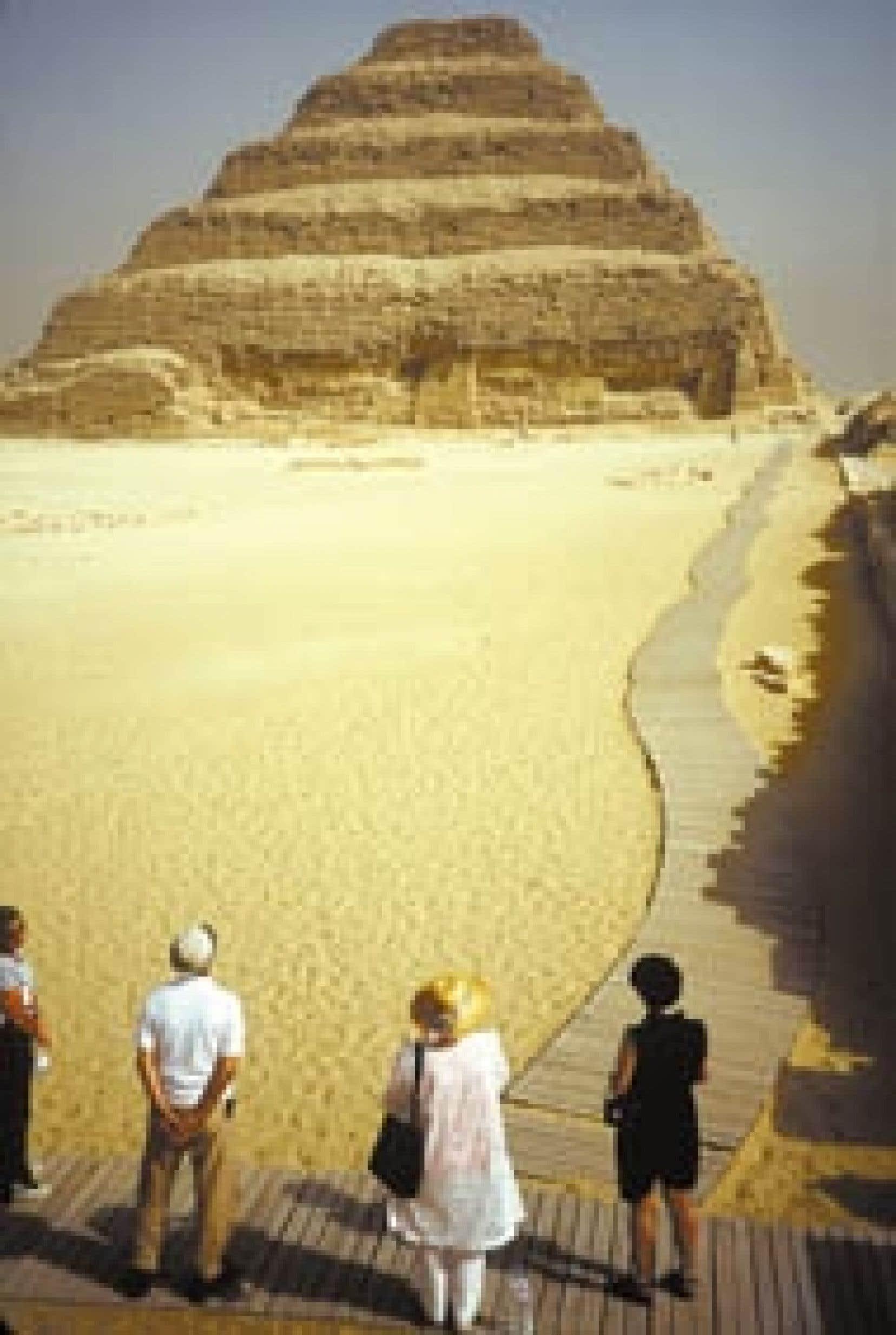 photos pierre-rené de cotret -La pyramide de Saqqara, la mère de toutes les pyramides et la plus vieille construction de pierre au monde.