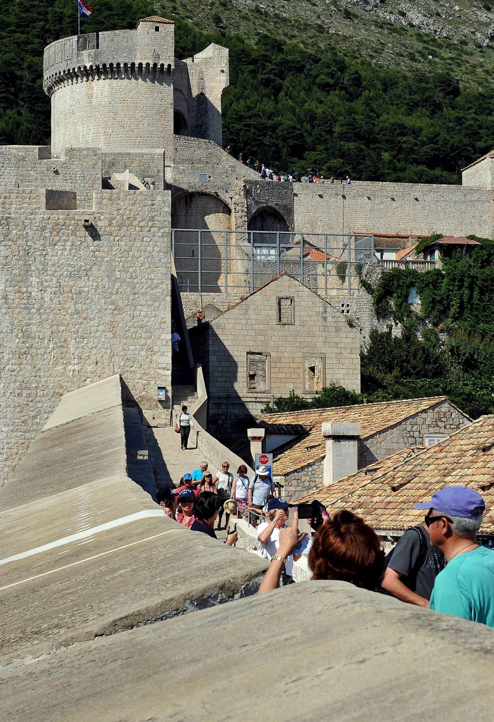 Des touristes déambulent dans le port médiéval de Dubrovnik, en Croatie.