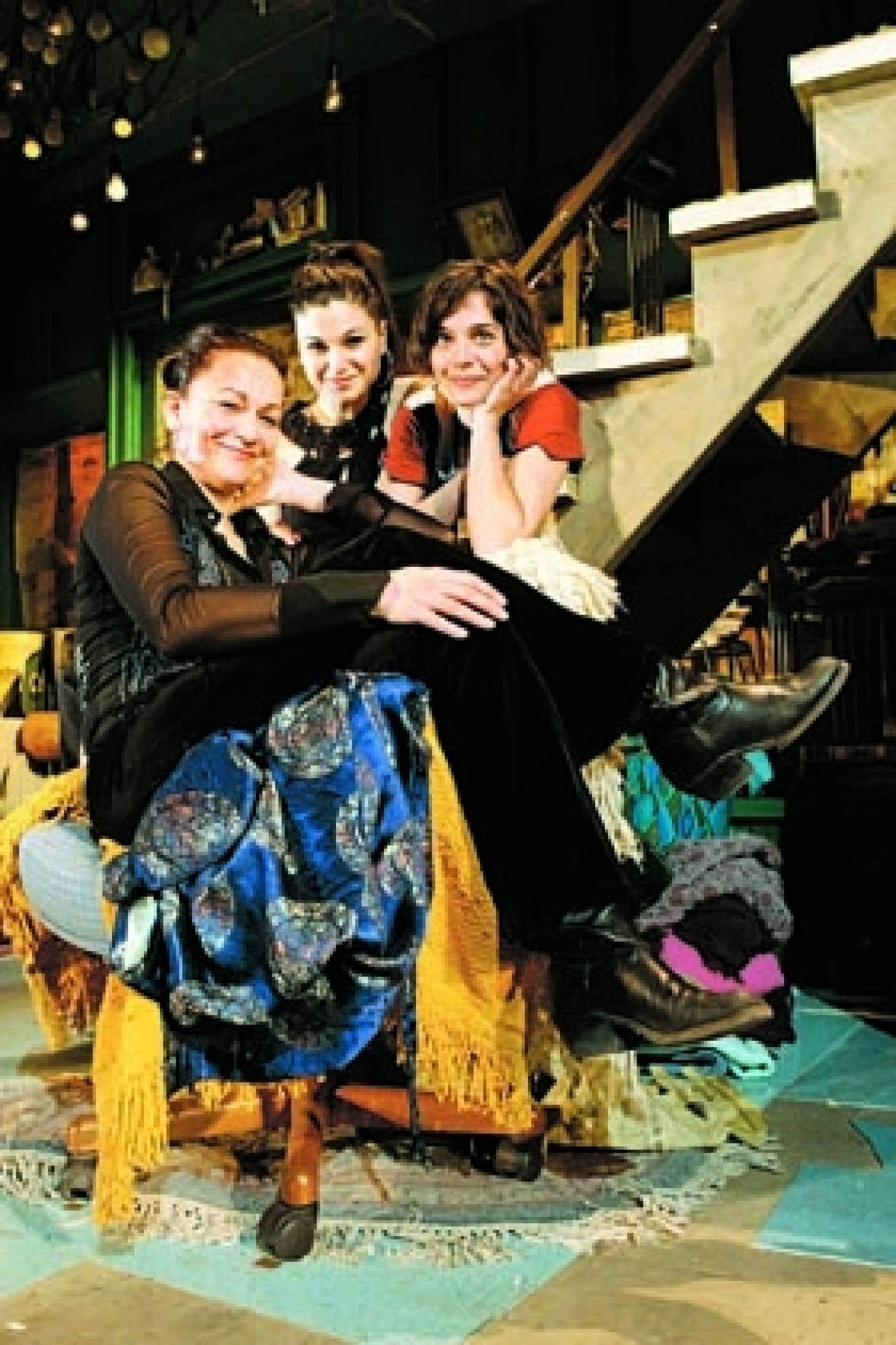 Sylvie Drapeau, Émilie Bibeau et Catherine de Léan, trois des comédiennes de L'Effet des rayons gamma sur les vieux garçons, dans le décor de la nouvelle production de la pièce de Paul Zindel au Théâtre du Rideau vert.