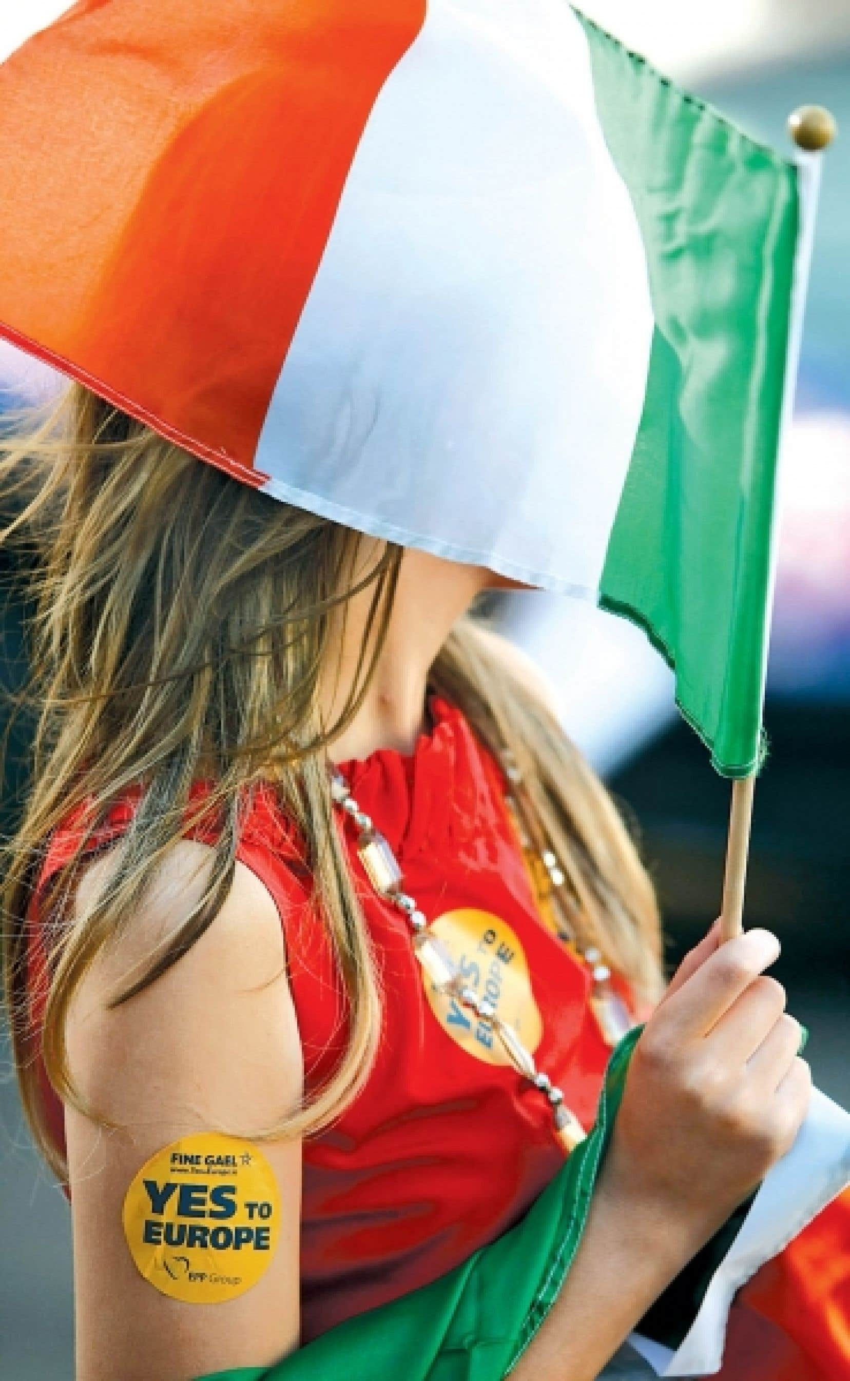 Une partisane du oui à l'Europe fait la fête à Dublin.