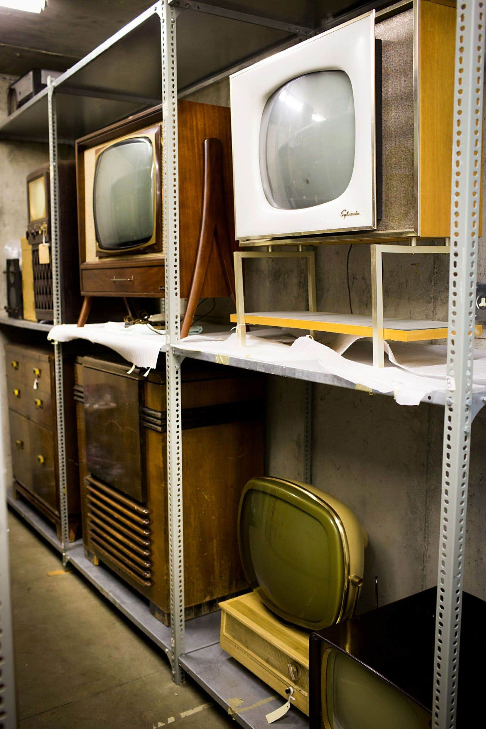 La Cinémathèque québécoise conserve entre autres 50000 films et vidéos, 2000 appareils anciens, 50000livres, 15000 scénarios, 30000 émissions télé, sans compter le reste.
