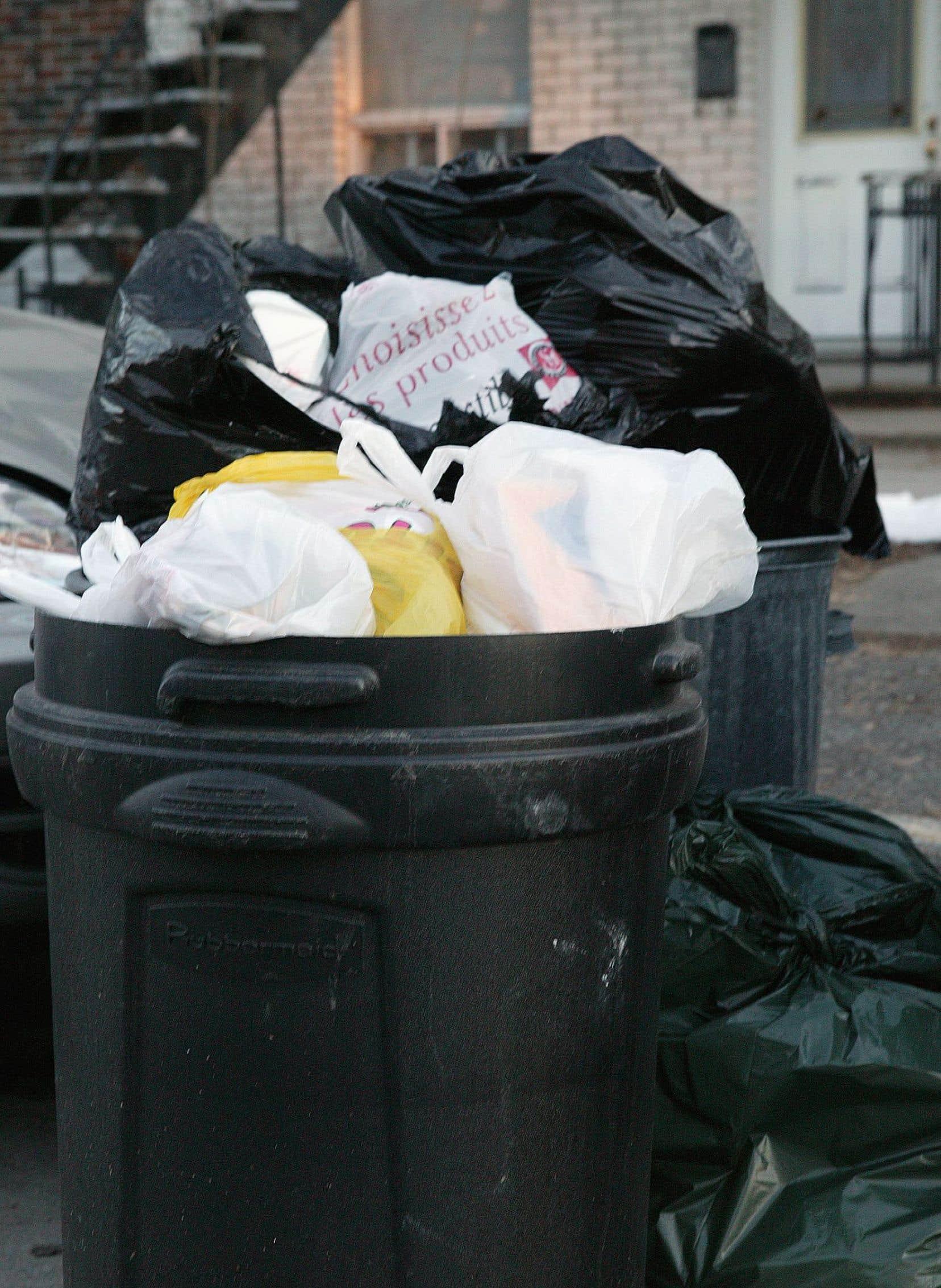 La Commission sur l'eau, l'environnement et le développement durable conclut que la Ville devrait interdire l'utilisation des sacs légers d'une épaisseur inférieure à 50 microns.