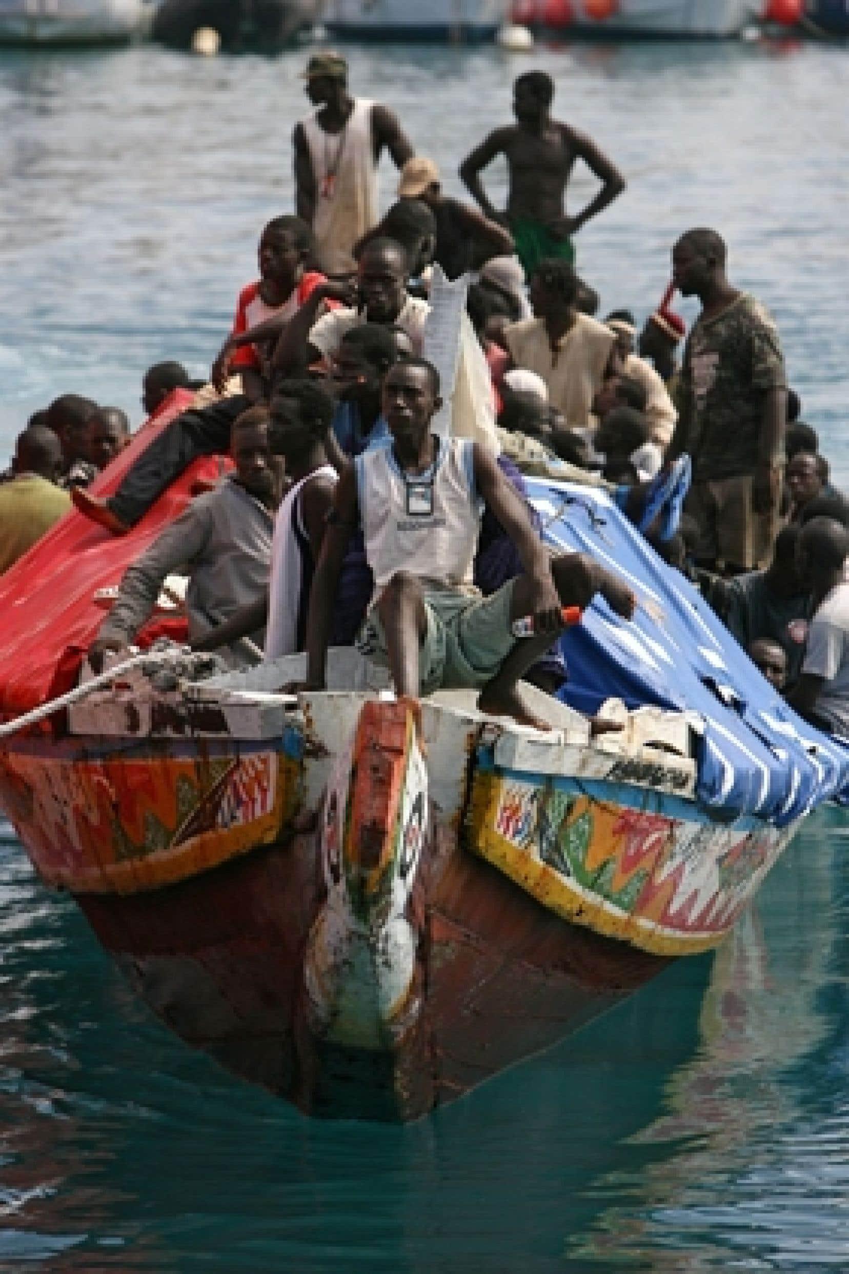 Un bateau d'immigrants clandestins intercepté en territoire espagnol en 2006. Ceux qui réussissent à franchir les frontières ne sont pas sauvés pour autant: la police les traque aujourd'hui avec acharnement.