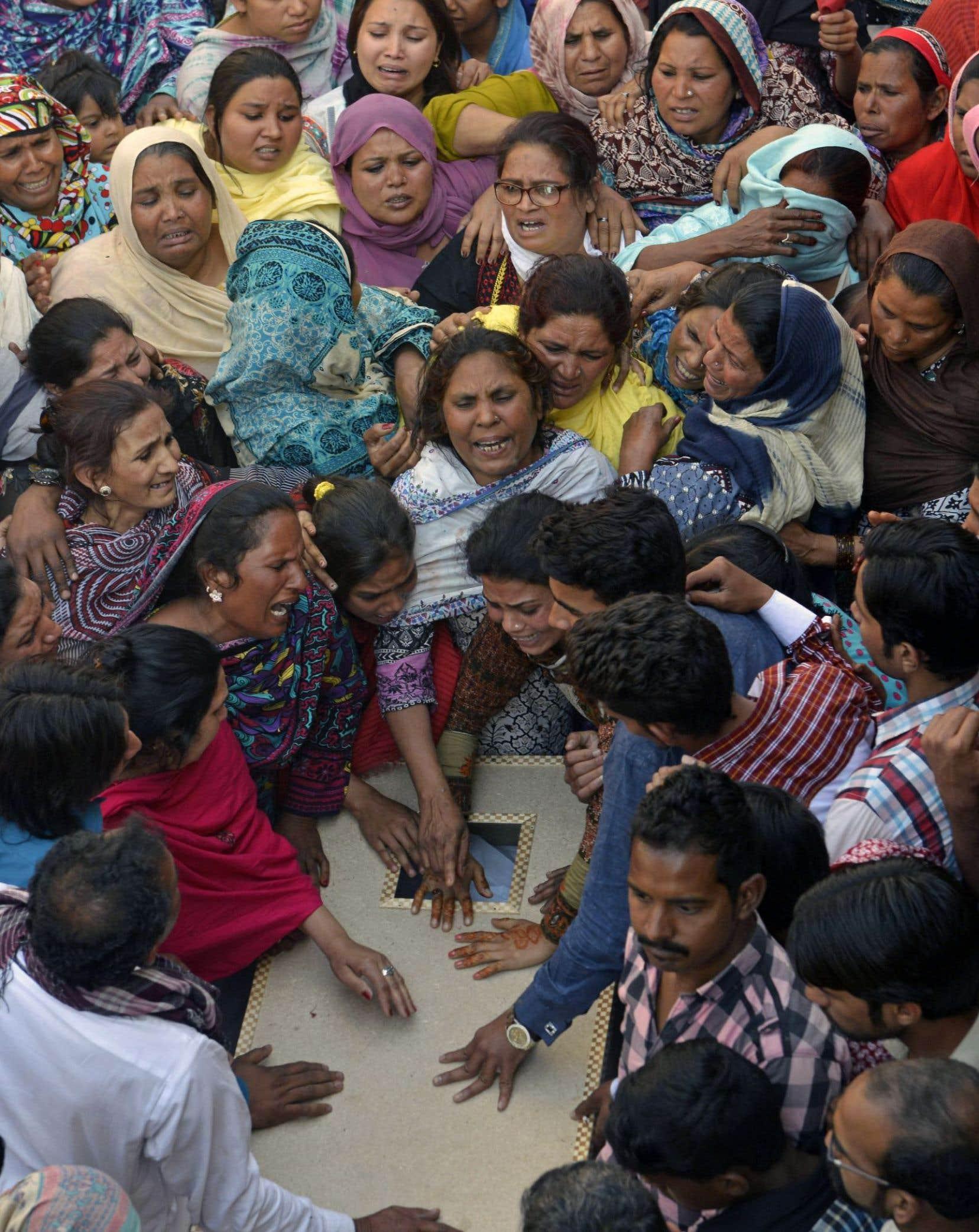 Le Pakistan a affiché lundi sa «détermination» à lutter contre le terrorisme alors qu'étaient enterrées les victimes d'un attentat taliban dans un parc fréquenté de Lahore en plein dimanche de Pâques.