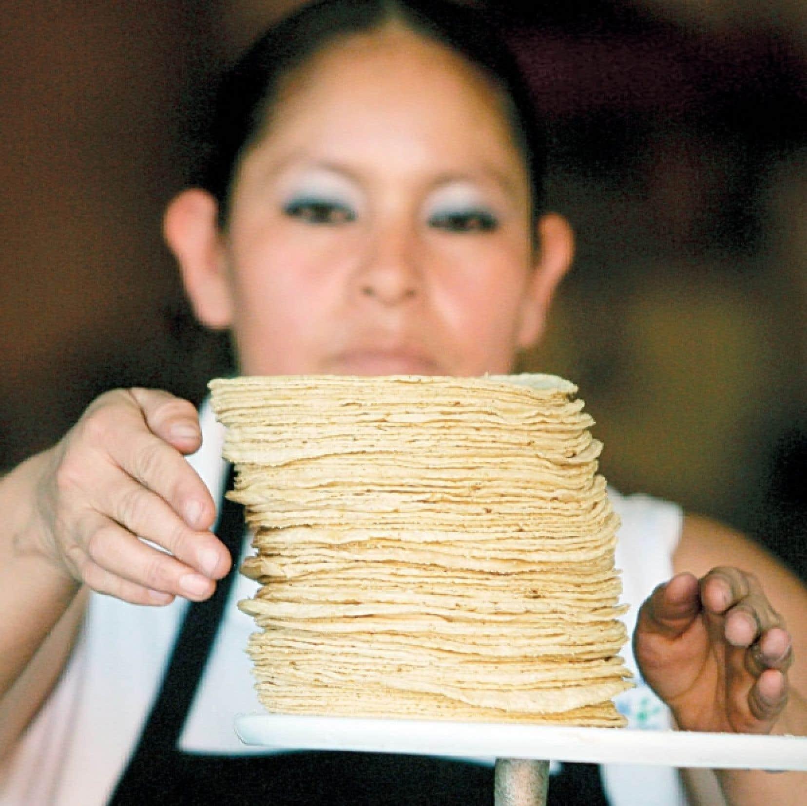 Une femme vend des torillas dans un marché de Mexico. Six millions de Mexicains vivent sous le seuil de pauvreté alimentaire.