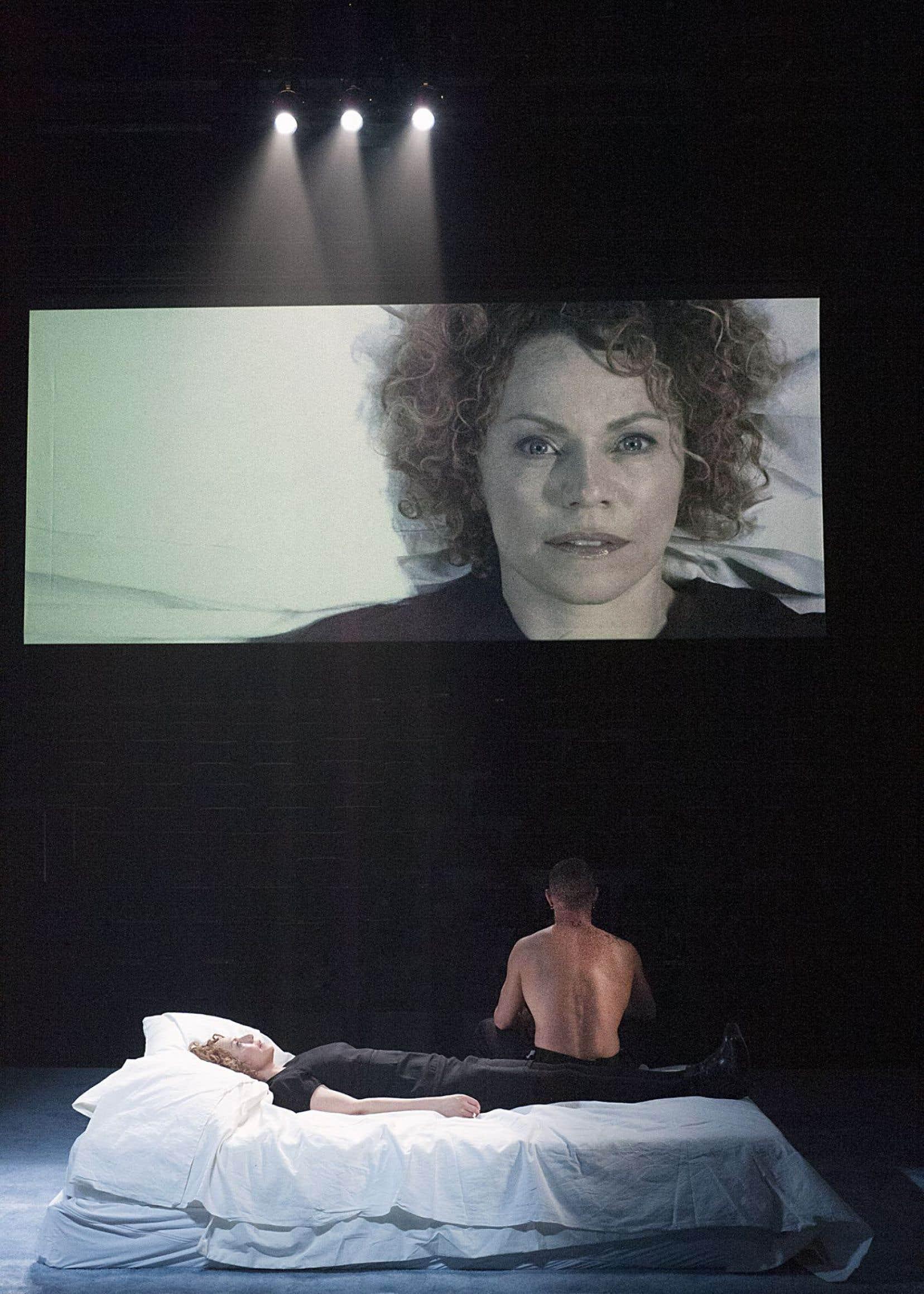 Dans ce spectacle «très sensoriel» alliant musique, vidéo, mouvements, une femme quittée par son amoureux (Macha Limonchik) met en scène sa douleur dans toute sa démesure.
