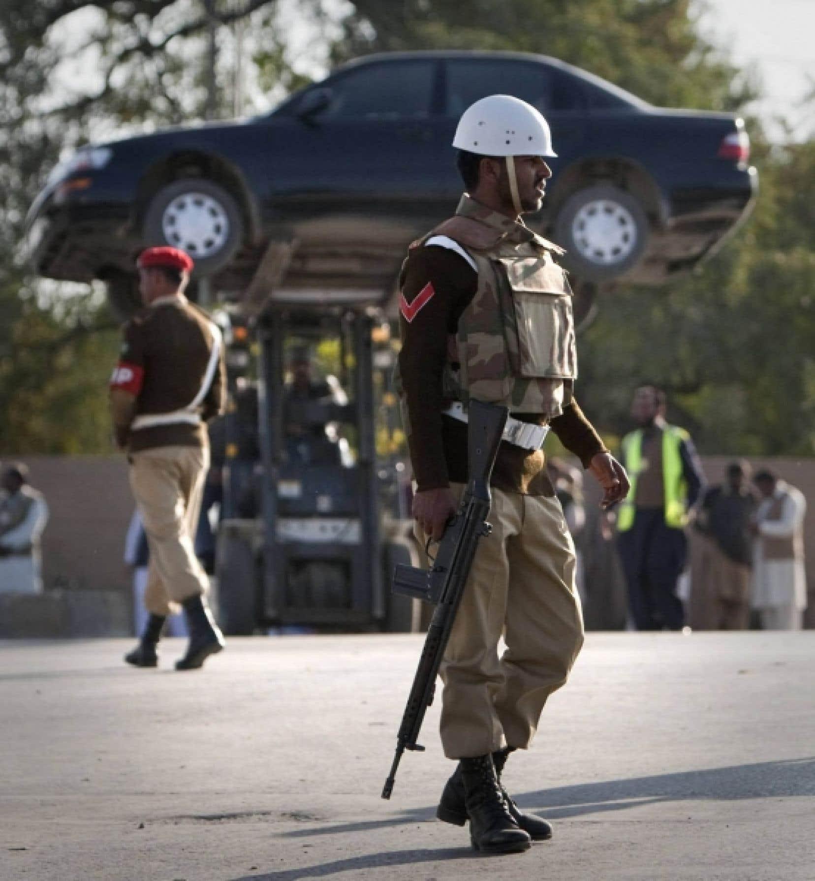 Opérations policières près du site de l'attentat, à Rawalpindi.
