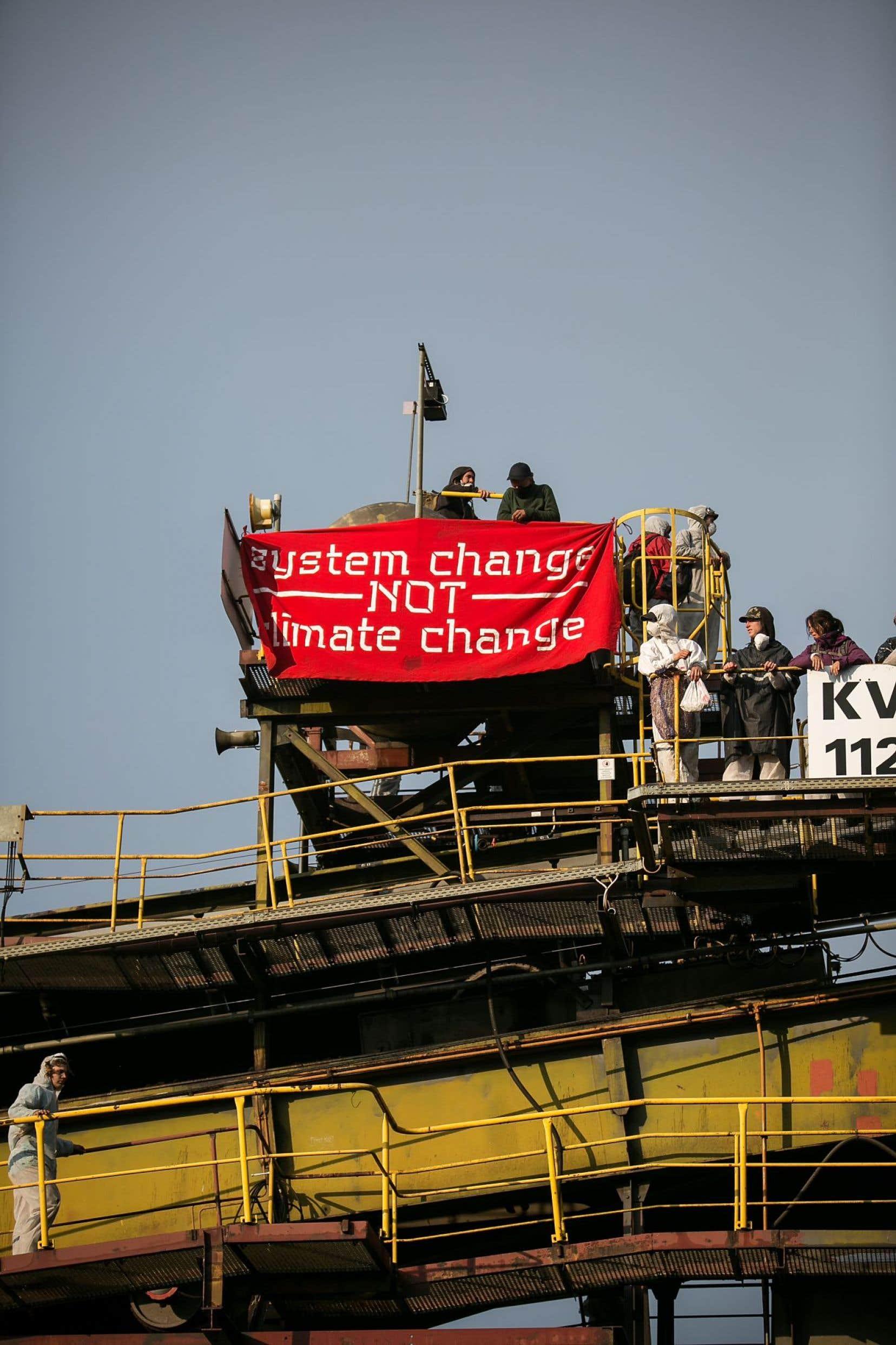 Des militants d'Ende Gelände en pleine action, vendredi dernier