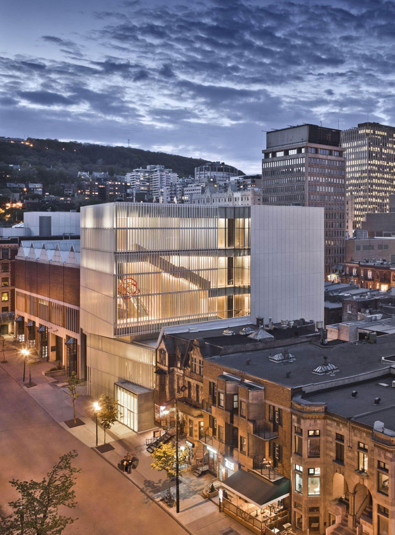 Le nouveau pavillon de la paix du Musée des beaux-arts de Montréal se déploie sur six étages rue Bishop.