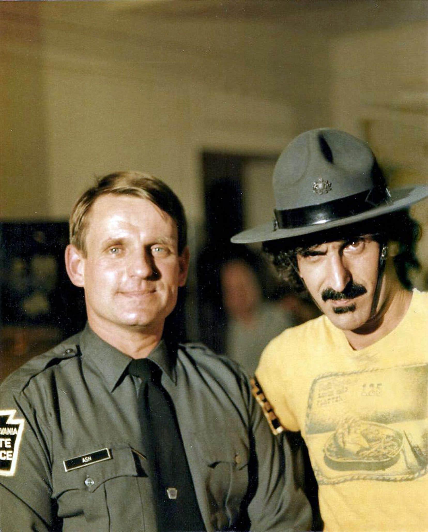 Frank Zappa en marge d'une entrevue avec le policier Charles Ash