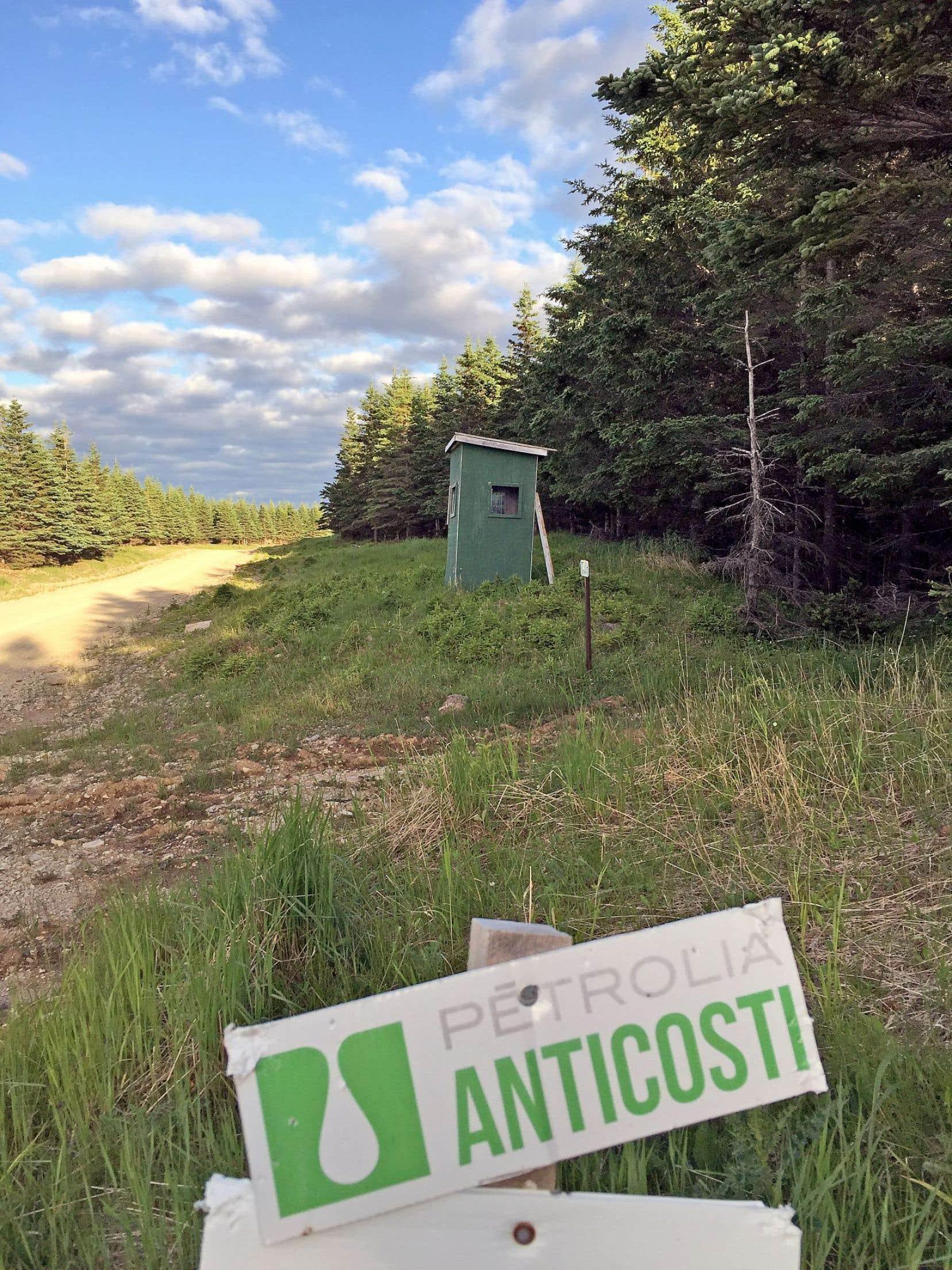 Le gouvernement a autorisé récemment Hydrocarbures Anticosti à réaliser trois forages avec fracturation sur l'île. Ces travaux financés majoritairement par l'État québécois doivent débuter cet été, pour être achevés en 2017. C'est l'opérateur des travaux sur le terrain, l'entreprise Pétrolia, qui dirigera les opérations.