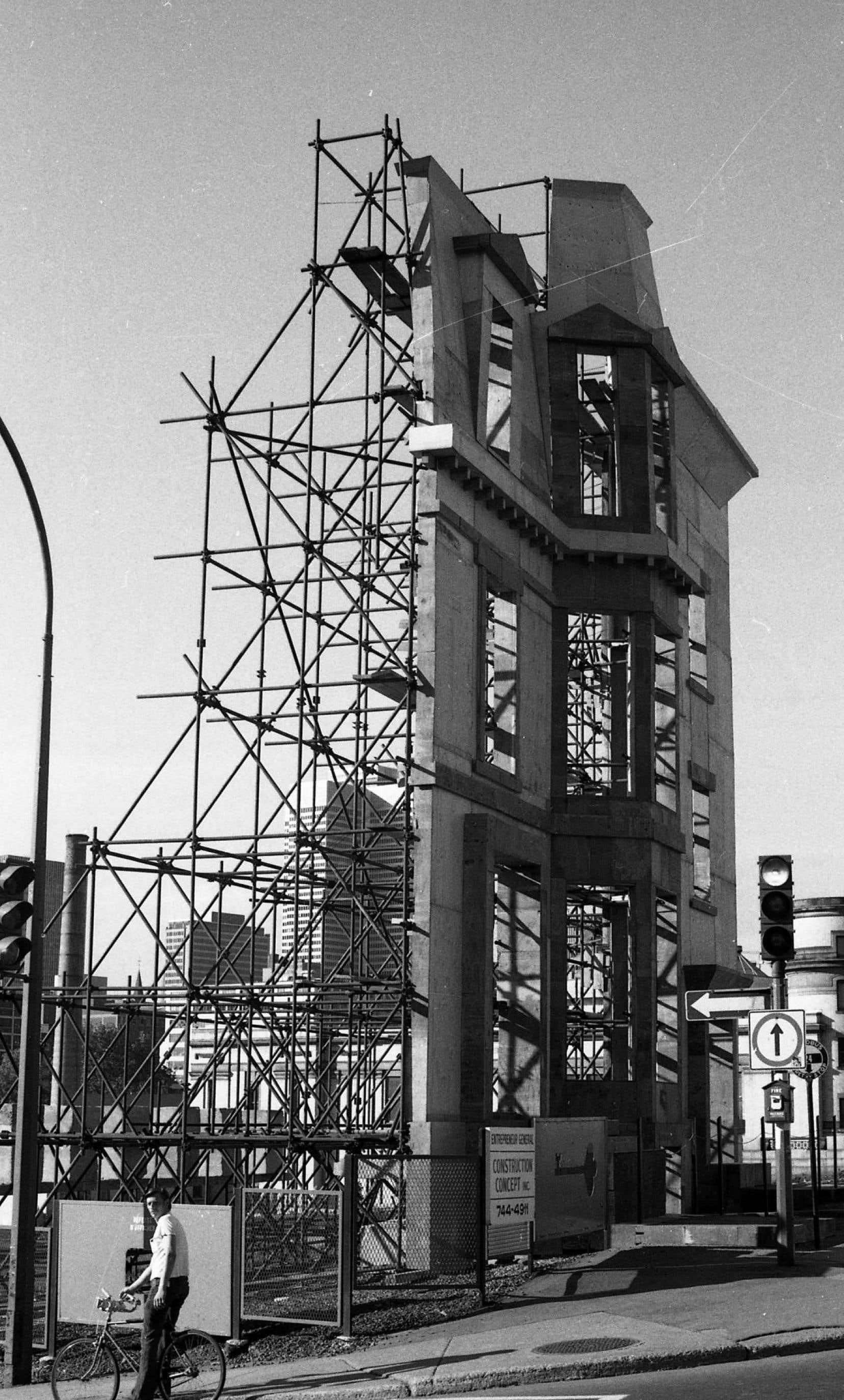Avec «Les maisons de la rue Sherbrooke», Melvin Charney place un simulacre de résidences victoriennes devant un terrain laissé vacant.
