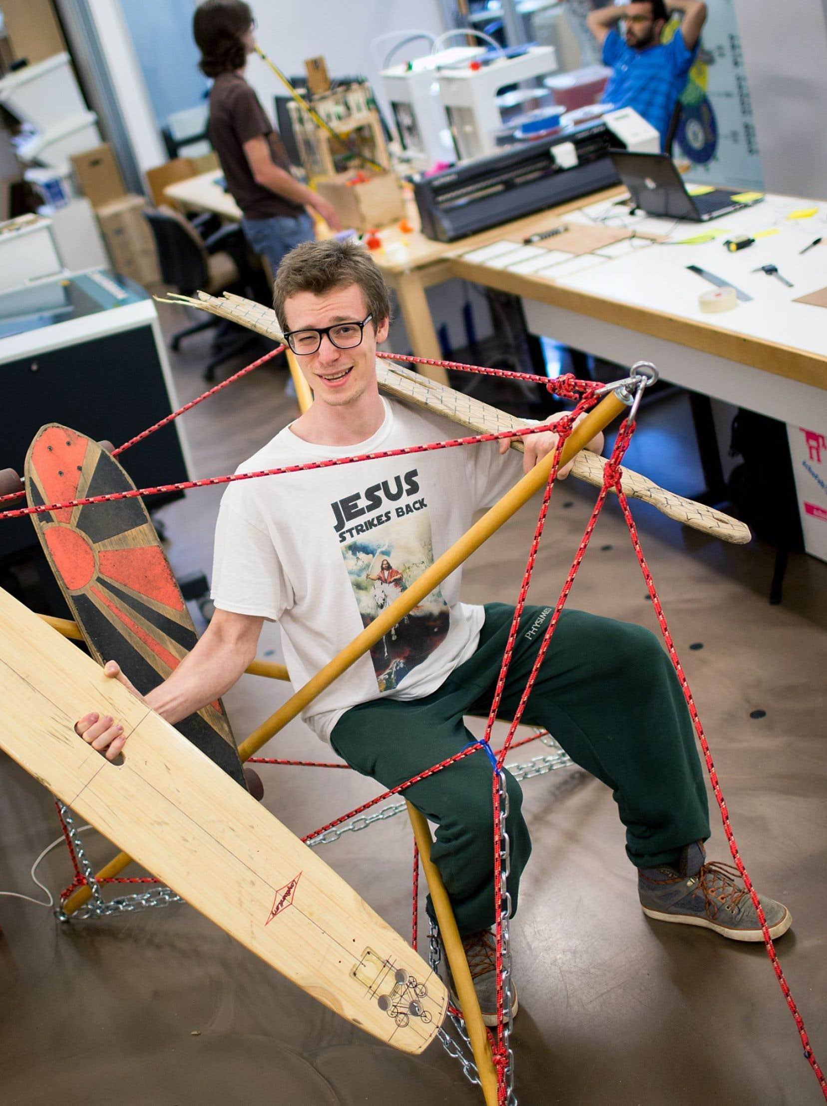 Le Fab Lab est ouvert à des citoyens de tous les âges. Ci-dessus, un jeune homme travaille sur une planche à roulettes améliorée.