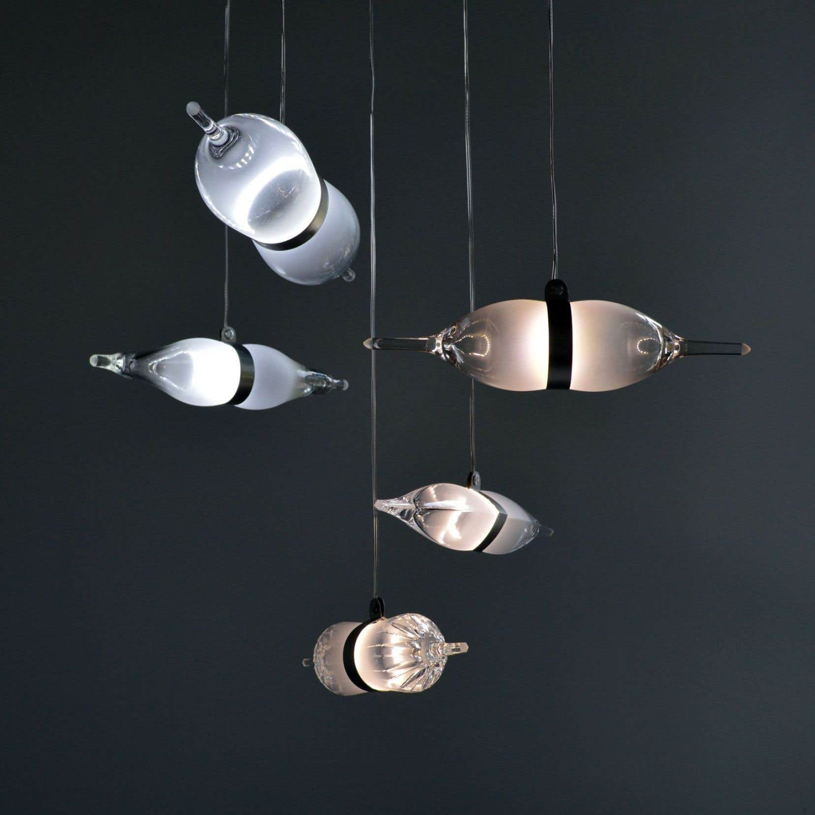 Les «bipolaires», des luminaires fabriqués à partir de flûtes et de coupes en verre brisées, par le designer québécois Tat Chao.
