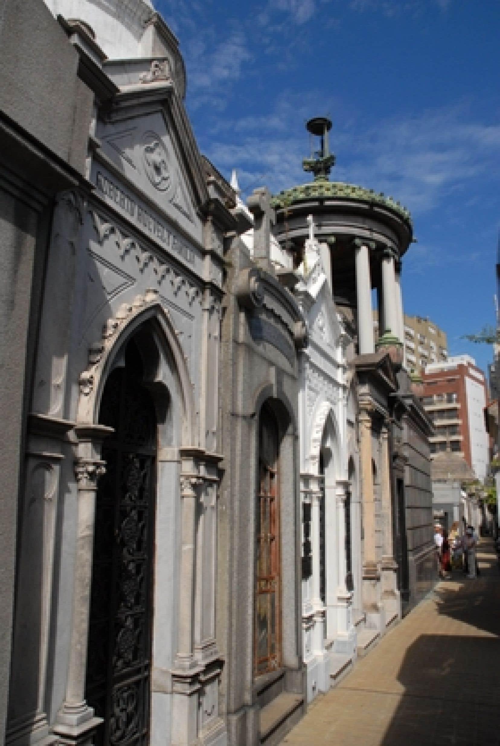 Le cimetière de Recoleta. En haut, à droite: exilé pendant la dernière dictature, Quino se retrouve aujourd'hui dans le métro de Buenos Aires à travers sa célèbre héroïne Mafalda.