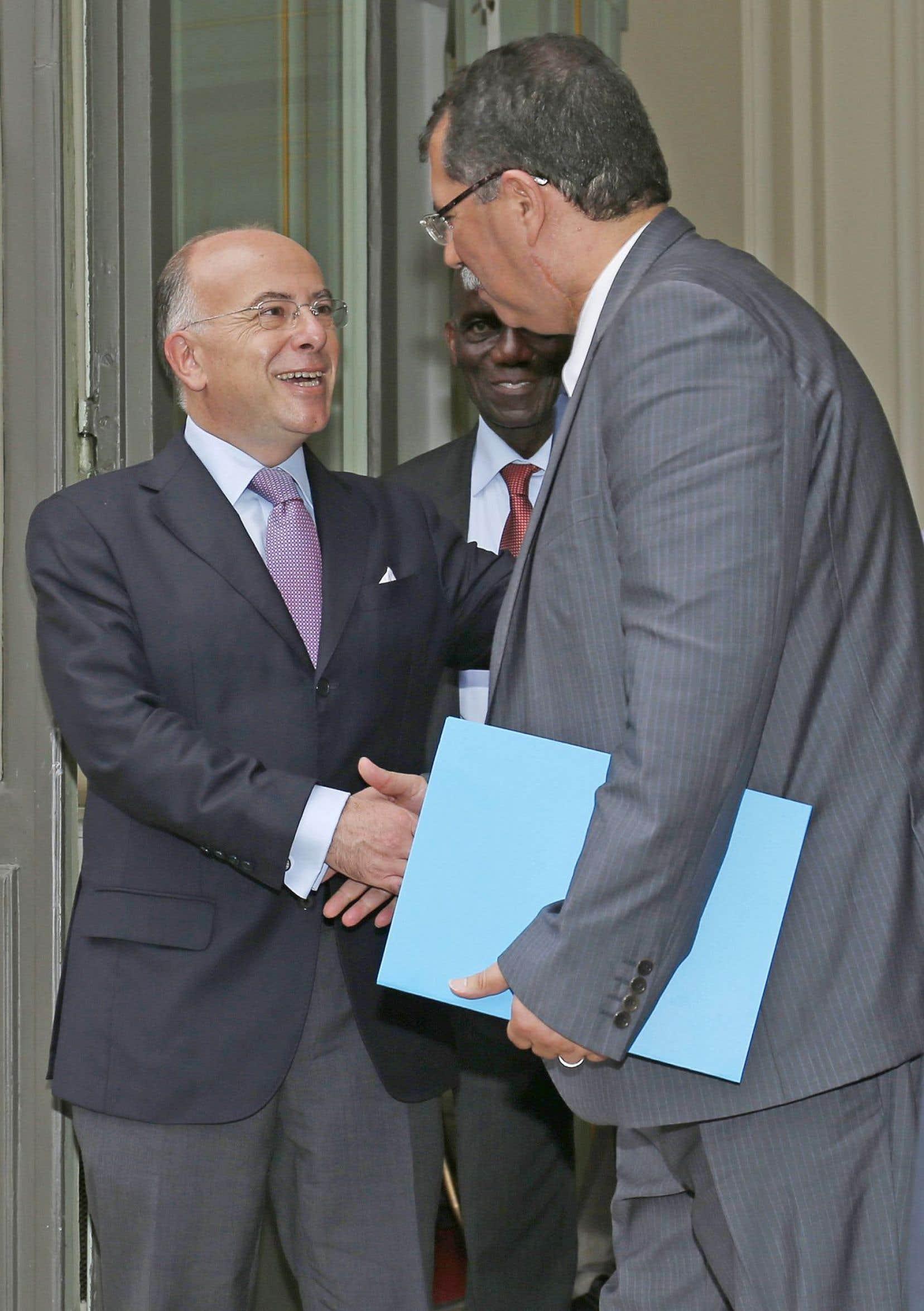Le ministre de l'Intérieur, Bernard Cazeneuve, salue le président du Conseil français du culte musulman, Anouar Kbibech.