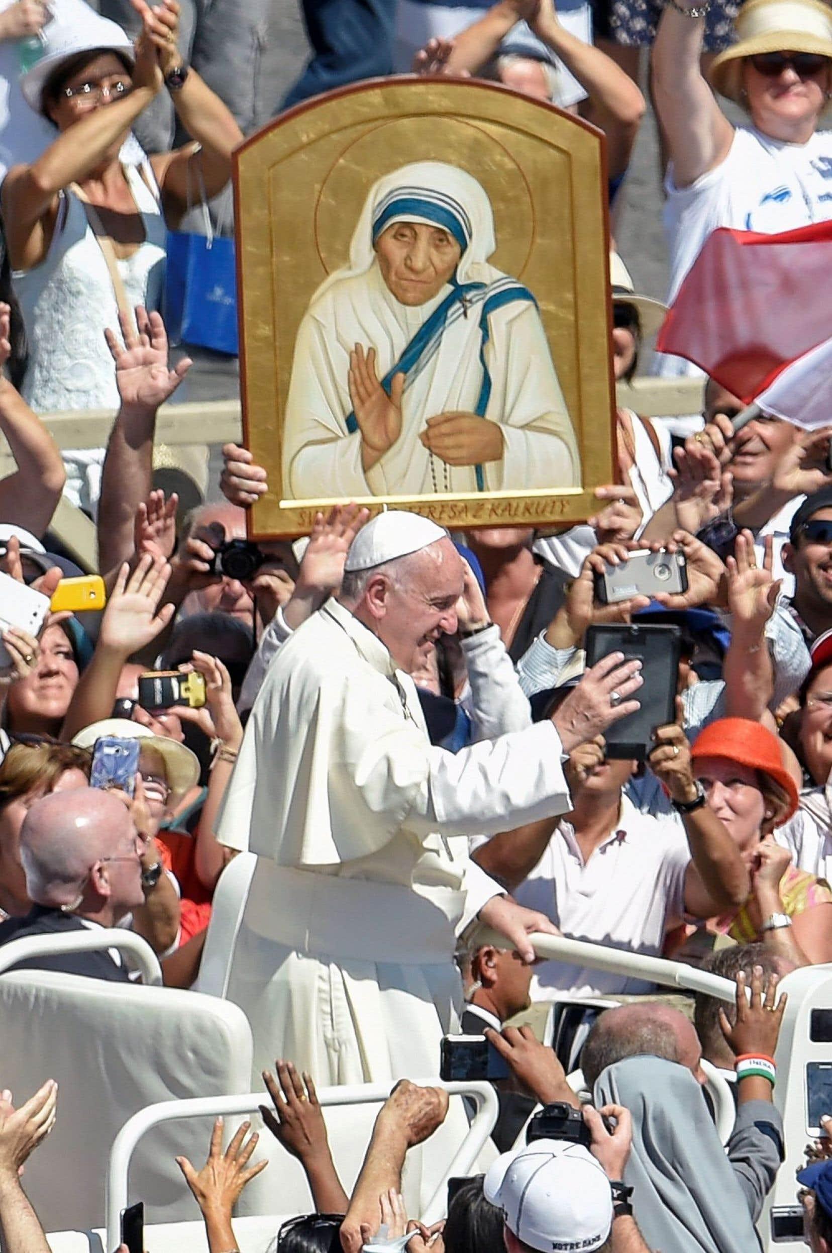 Quelque 120 000 fidèles ont assisté à la canonisation de mère Teresa sur la place Saint-Pierre dimanche.