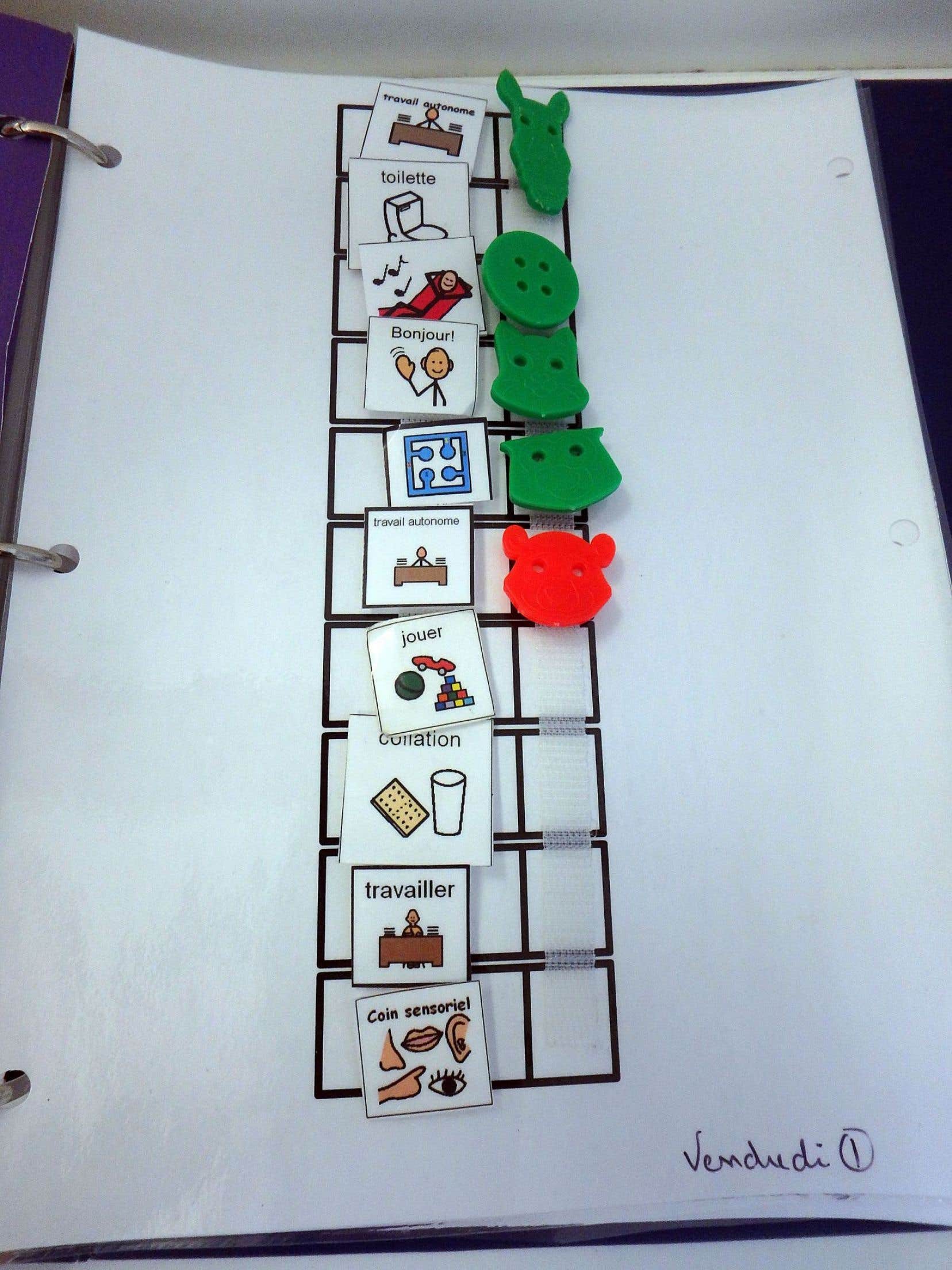 Les différents dessins de la vie quotidienne reflètent les compétences acquises ou non par chaque enfant de la classe.
