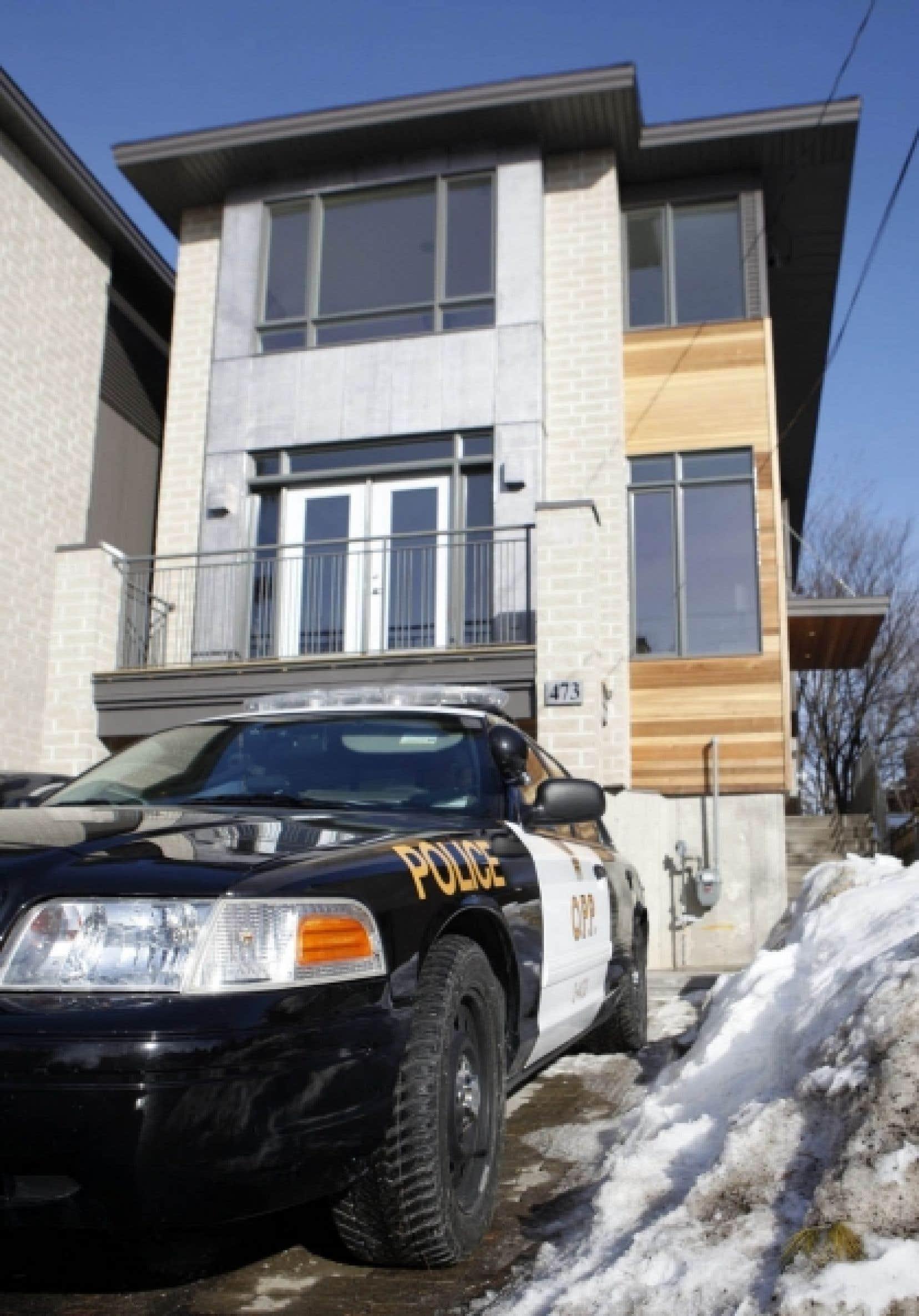 Une voiture de la police ontarienne était stationnée hier devant le domicile du colonel Russel Williams.