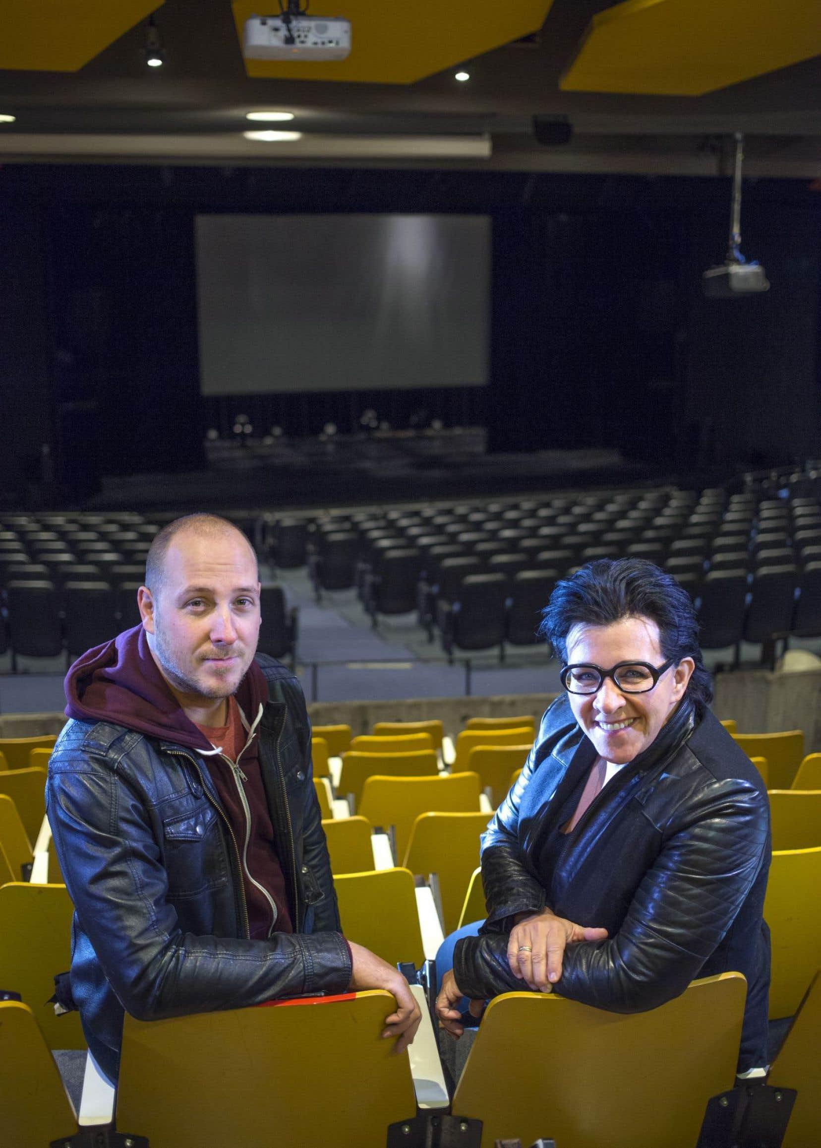 Alex McMahon et Monique Giroux ont assuré la réalisation et la direction artistique du projet. Les voici dans la salle Sylvain-Lelièvre du cégep de Maisonneuve, où l'artiste a enseigné pendant plus de 30 ans.