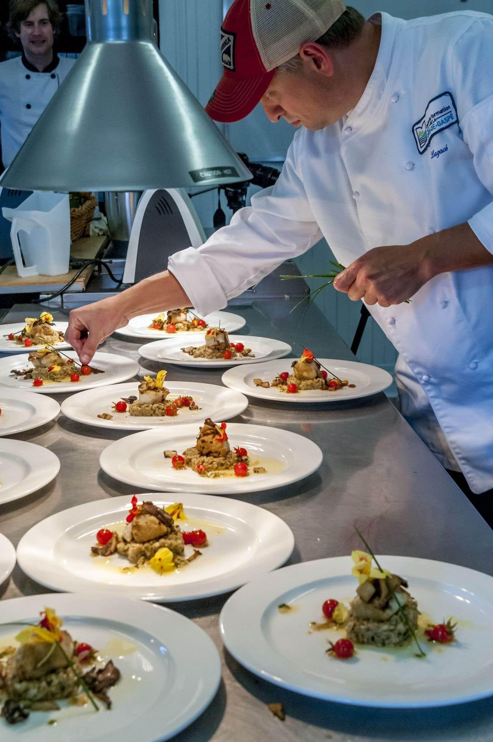 Lors d'un concours entre les chefs invités à la première édition du festival culinaire La Grande Table, aux Jardins de Métis, le chef enseignant André Lagacé, du Centre de formation de la Côte-de-Gaspé, a couché son poisson sur un lit d'avoine nue travaillé comme un risotto et il a remporté le défi.