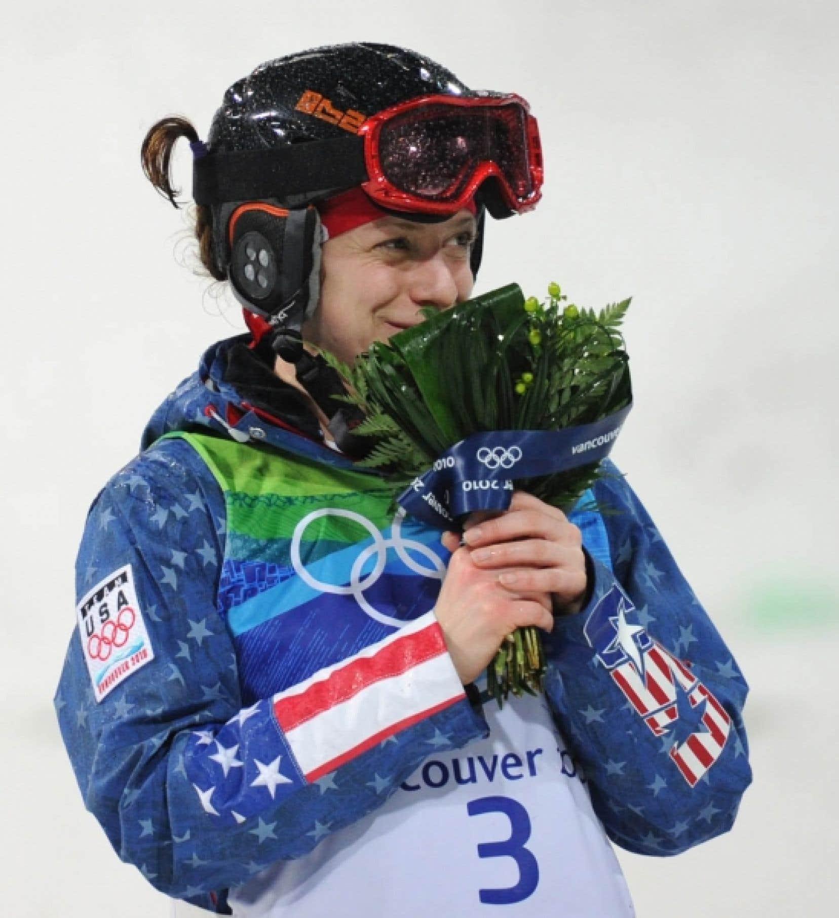 L'athlète américaine Hannah Kearney a semblé apprécier son bouquet.