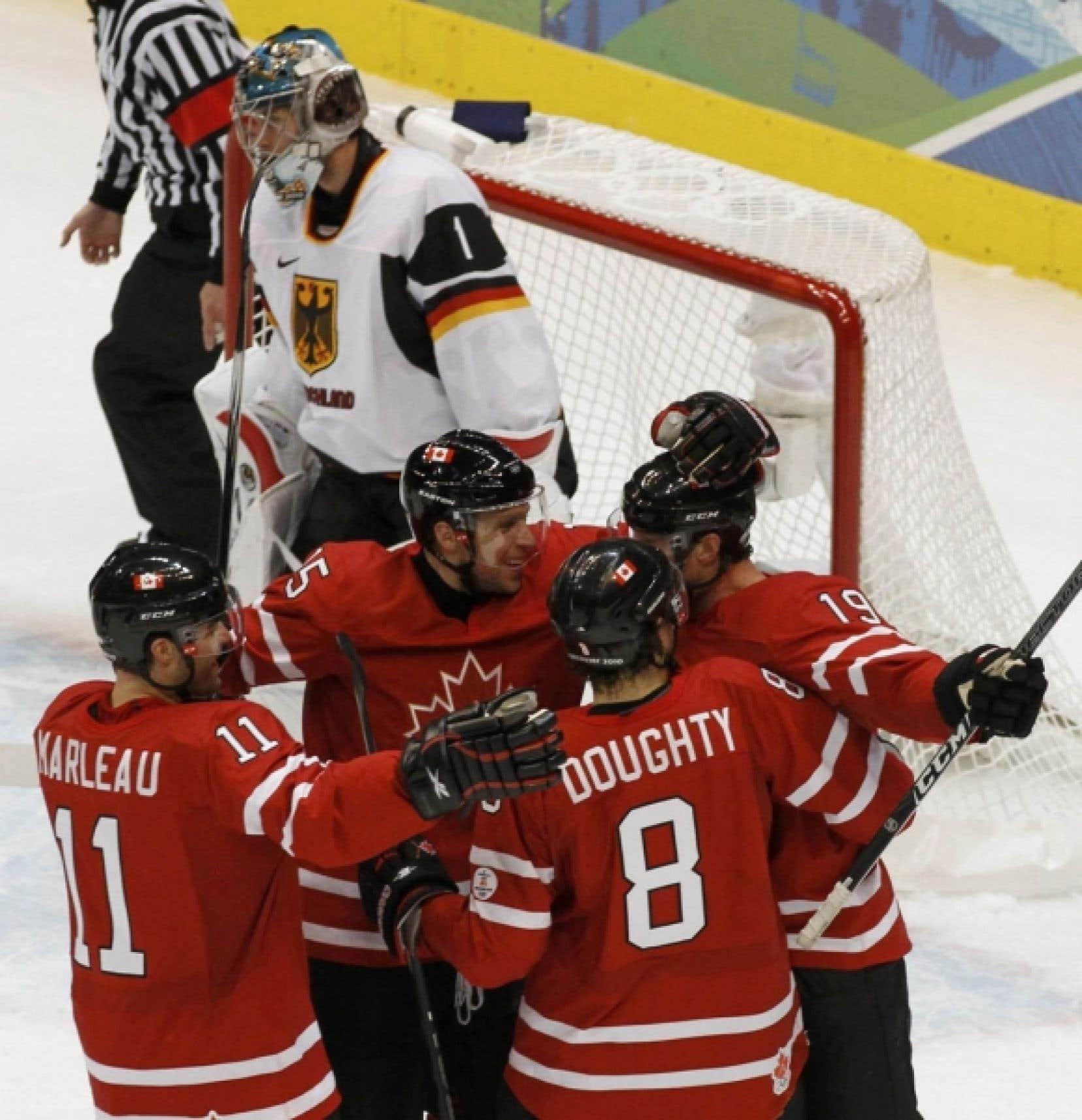 Les joueurs canadiens célèbrent le but marqué par Joe Thornton (19) en première période.