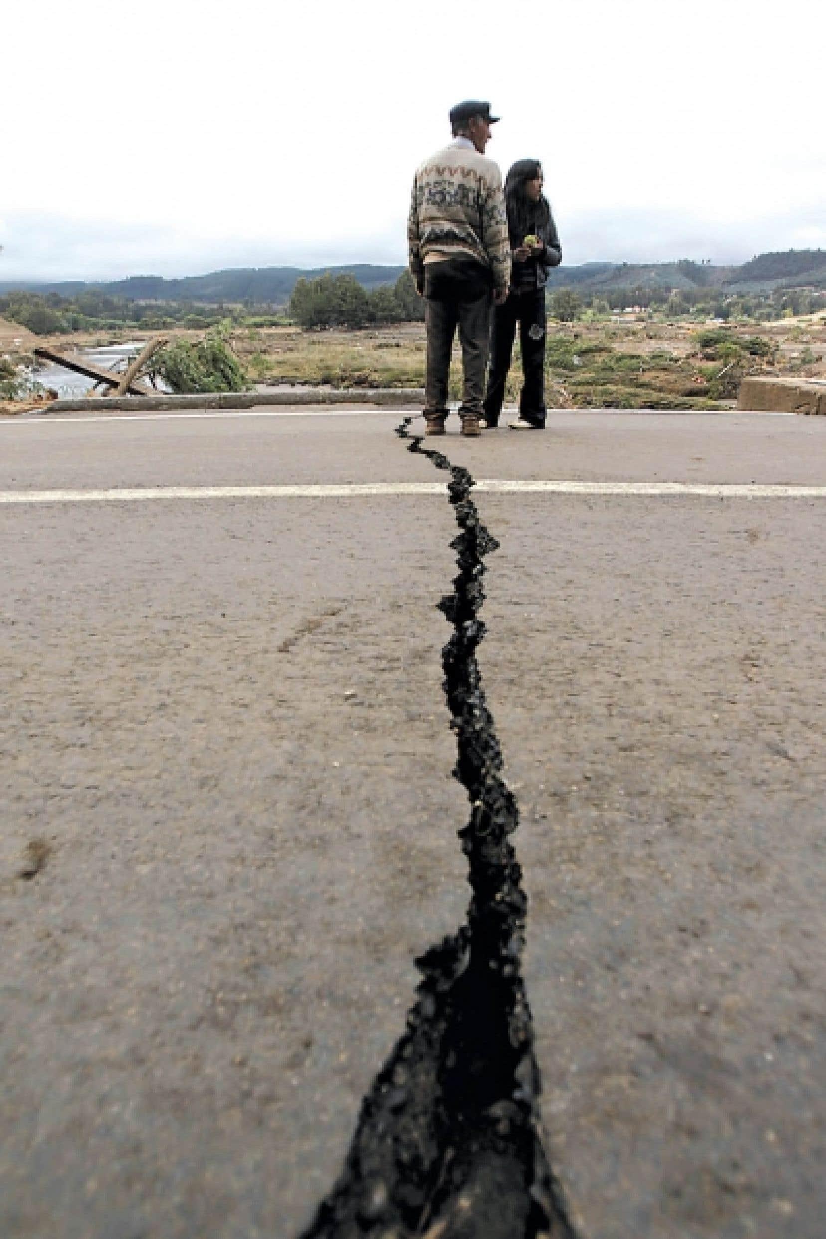 La route s'est fendue, à Pelluhue, près de l'épicentre du séisme.