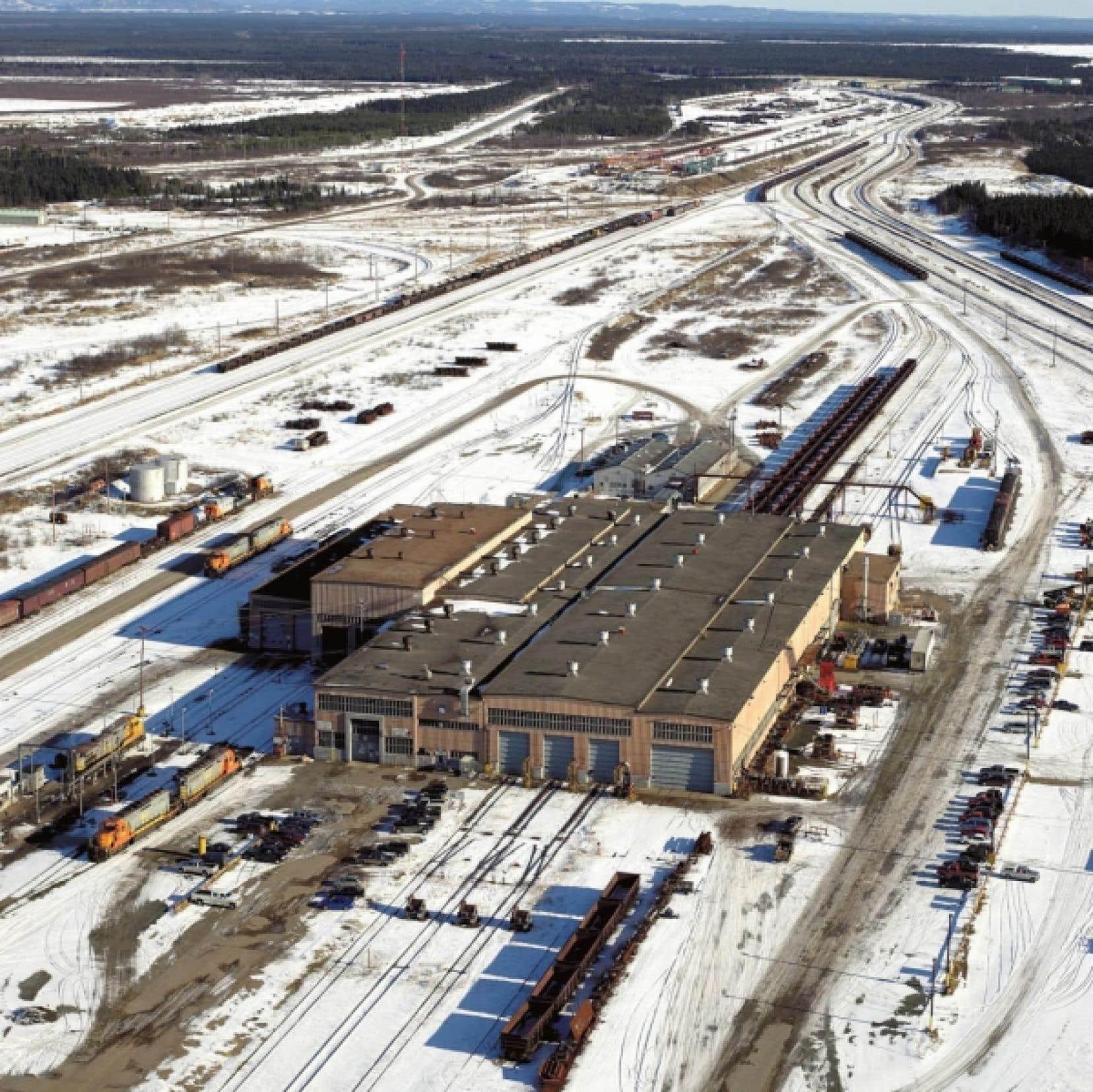 Vue aérienne de l'atelier d'entretien des locomotives et des wagons de la compagnie minière IOC, à Sept-Îles
