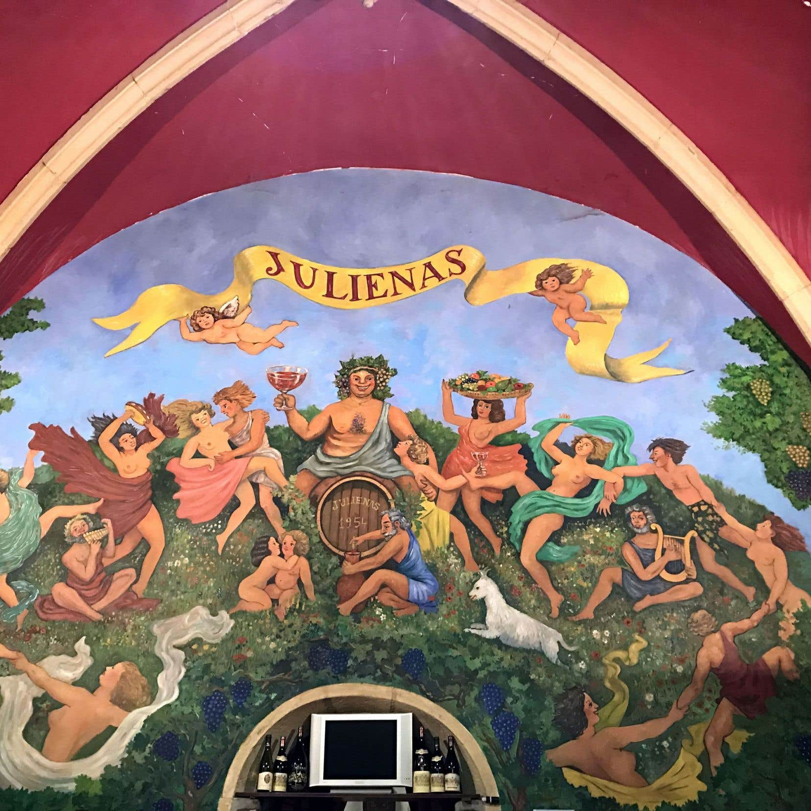 Une voûte du Domaine de la Vieille Église en appellation Julienas. Festif, le gamay ici!