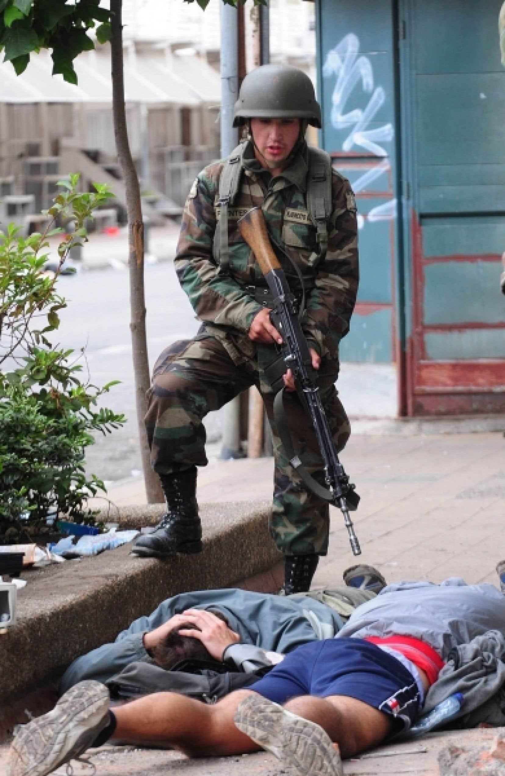 Les soldats déployés au centre du Chili sont là principalement pour ramener et maintenir l'ordre, alors que les pillages et les vols se sont multipliés depuis samedi, souvent pour une question de survie ou pour manifester contre les autorités.