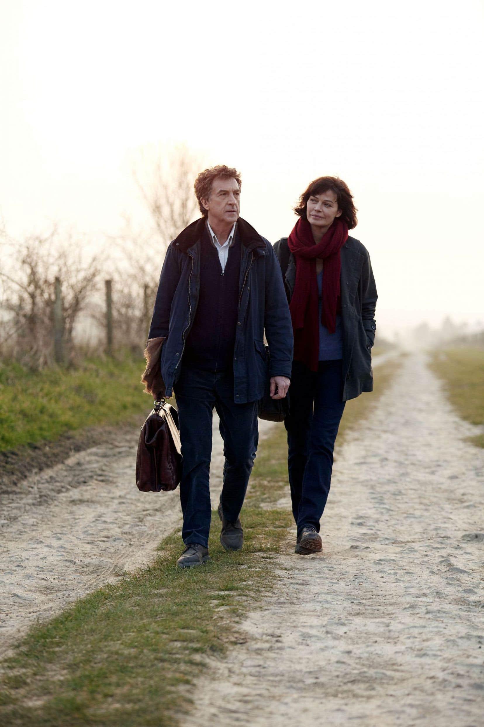 Le médecin de campagne (François Cluzet) va apprendre à sa collègue Nathalie (Marianne Denicourt) la médecine de terrain.