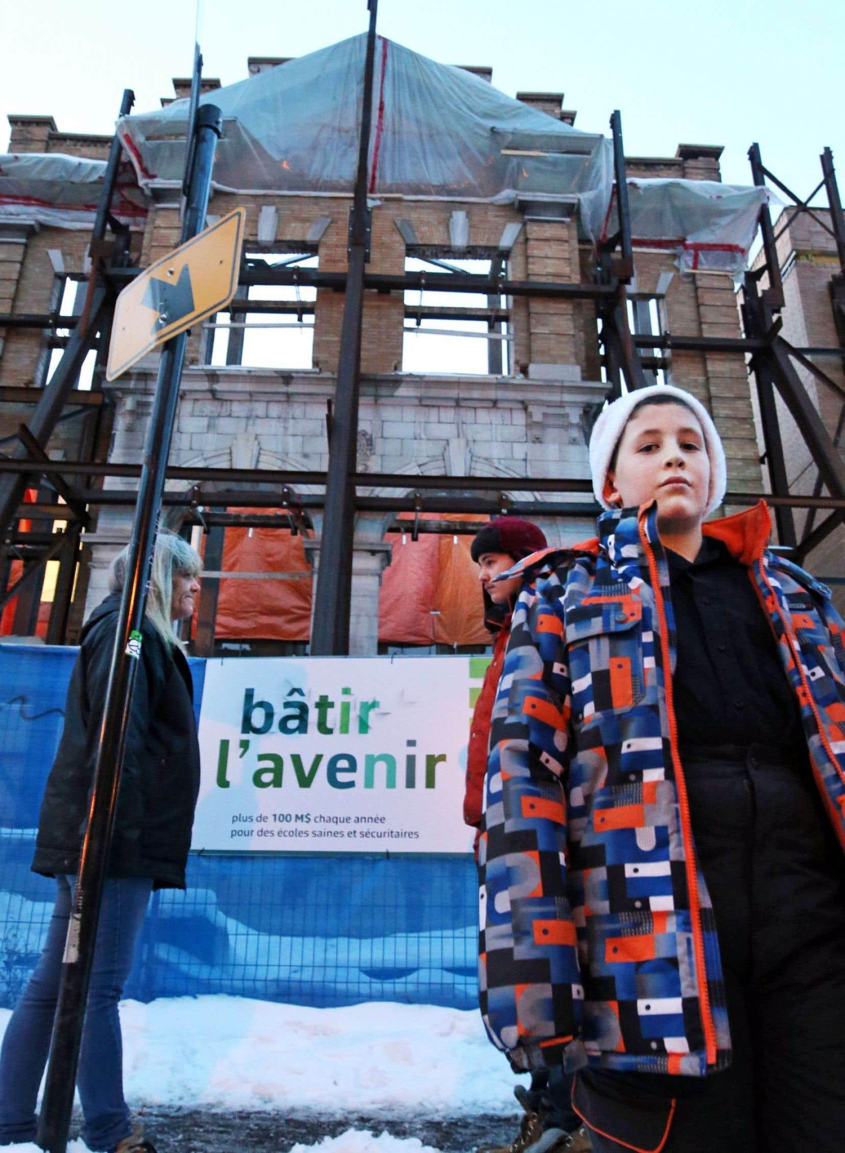 La reconstruction de l'école Baril n'est toujours pas terminée; les enfants d'Hochelaga-Maisonneuve doivent se rendre depuis 2011 dans un autre quartier que le leur pour fréquenter l'école primaire, dans des conditions qui ne favorisent pas la réussite scolaire, selon plusieurs intervenants.